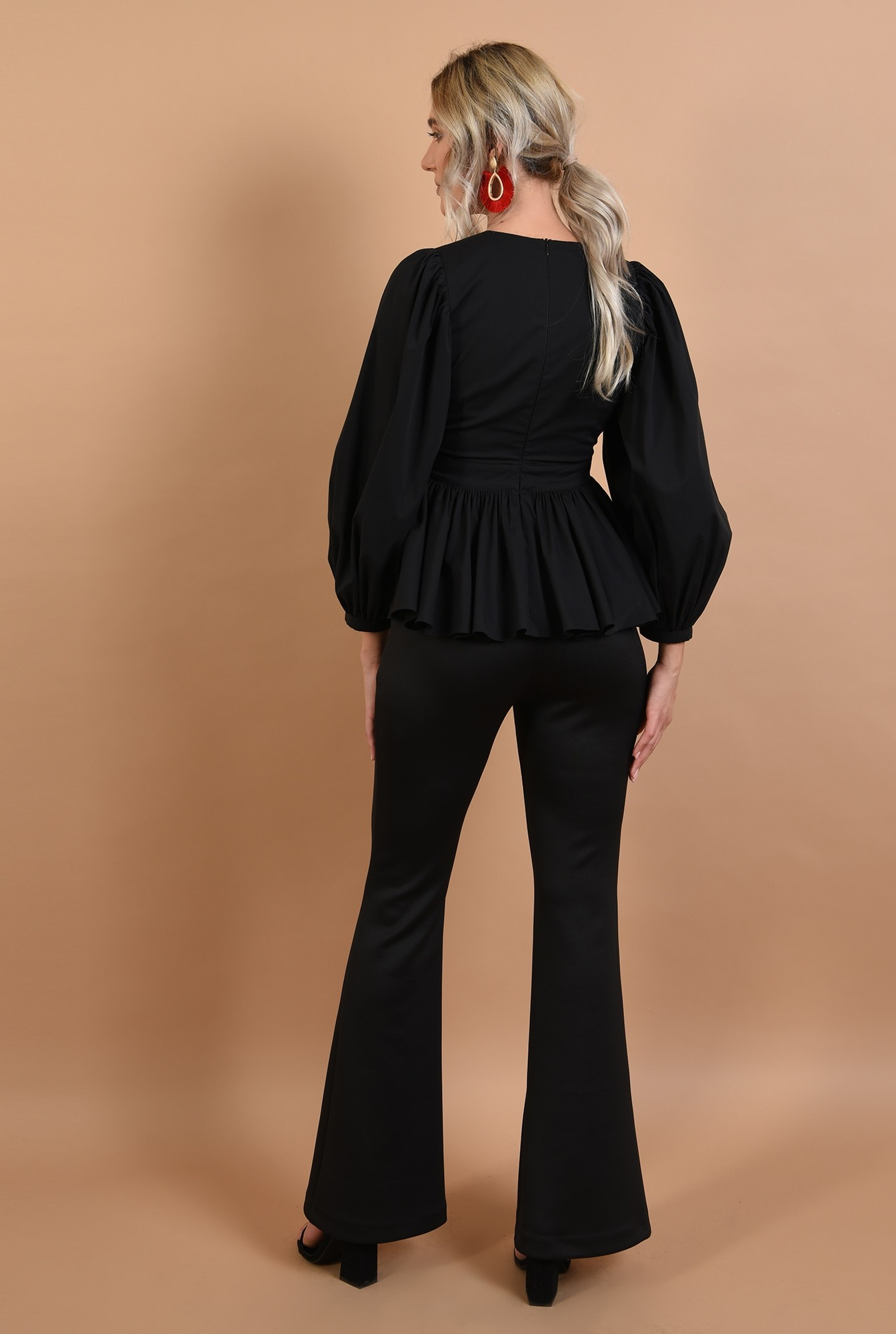 1 - bluza neagra, maneci bufante, anchior adanc, volan, Poema