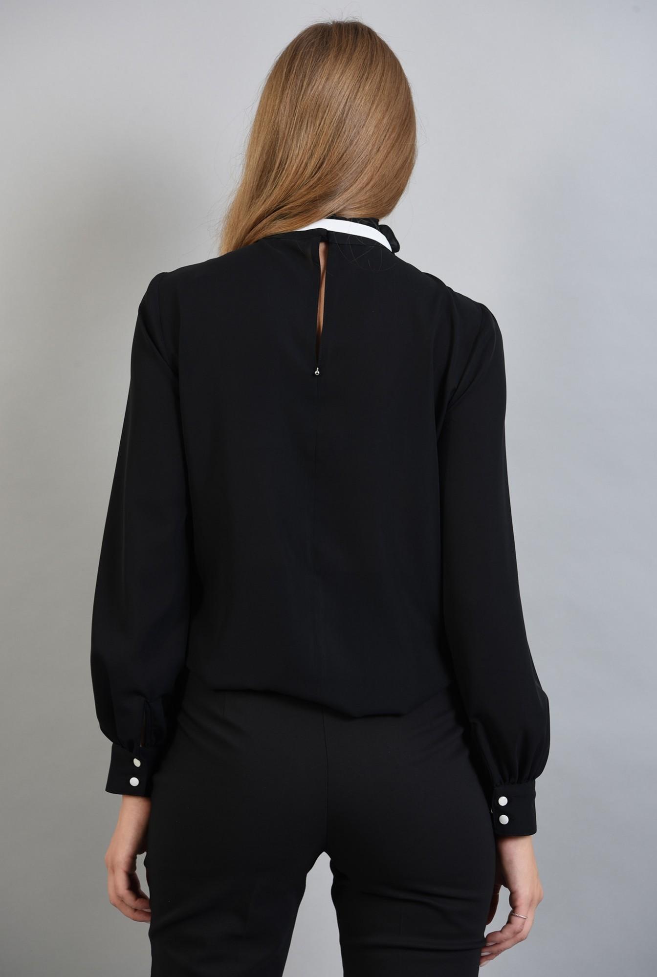0 - bluza neagra, cu guler inalt, cu funda alba