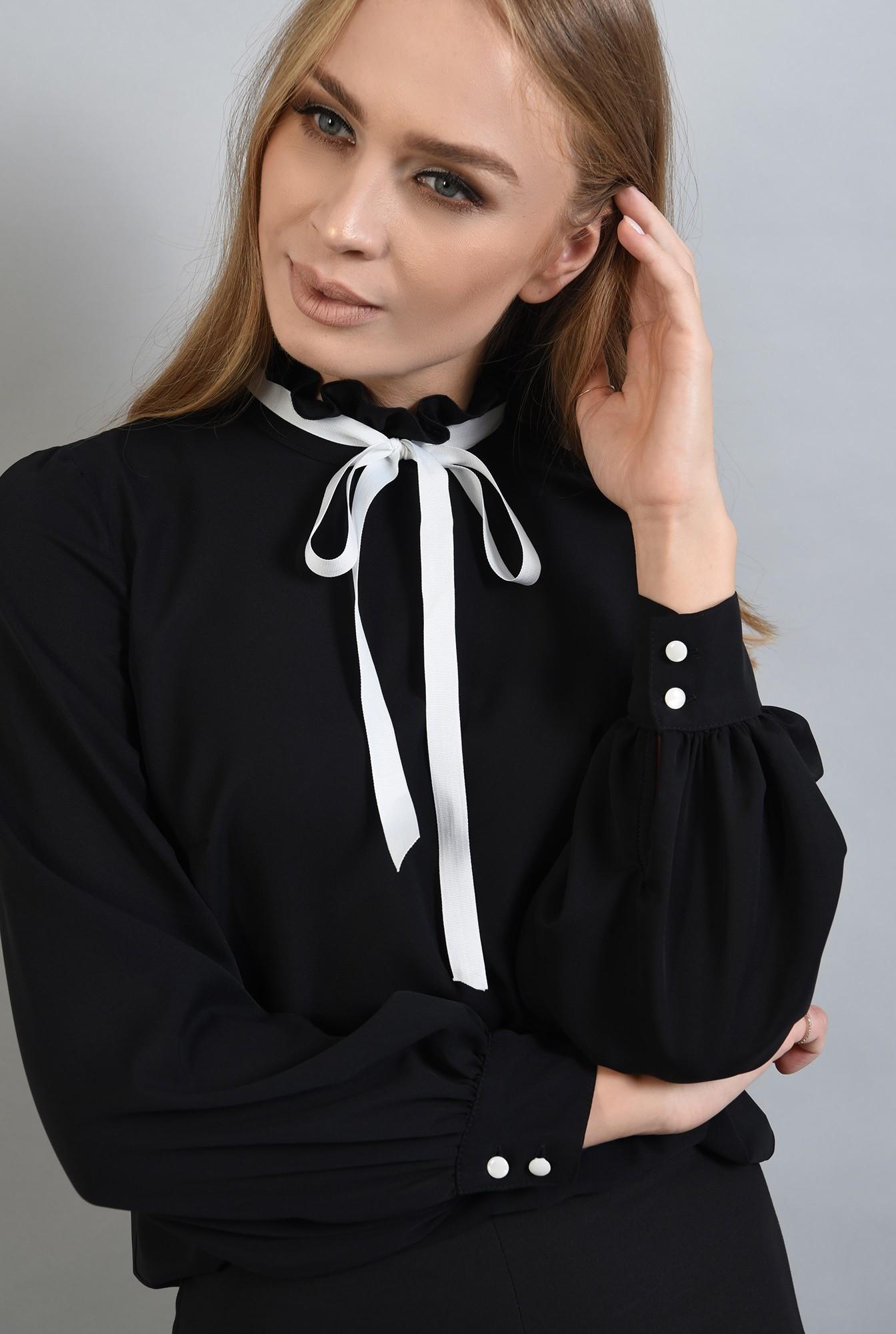 2 - bluza neagra, cu guler inalt, cu funda alba