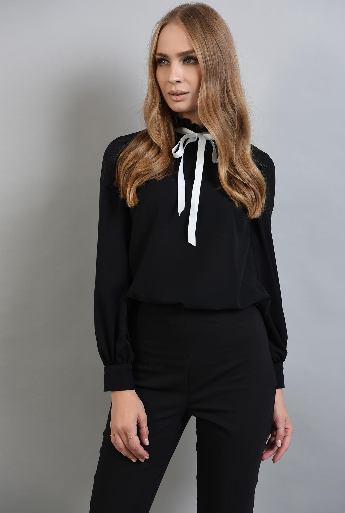 1 - bluza neagra, cu guler inalt, cu funda alba