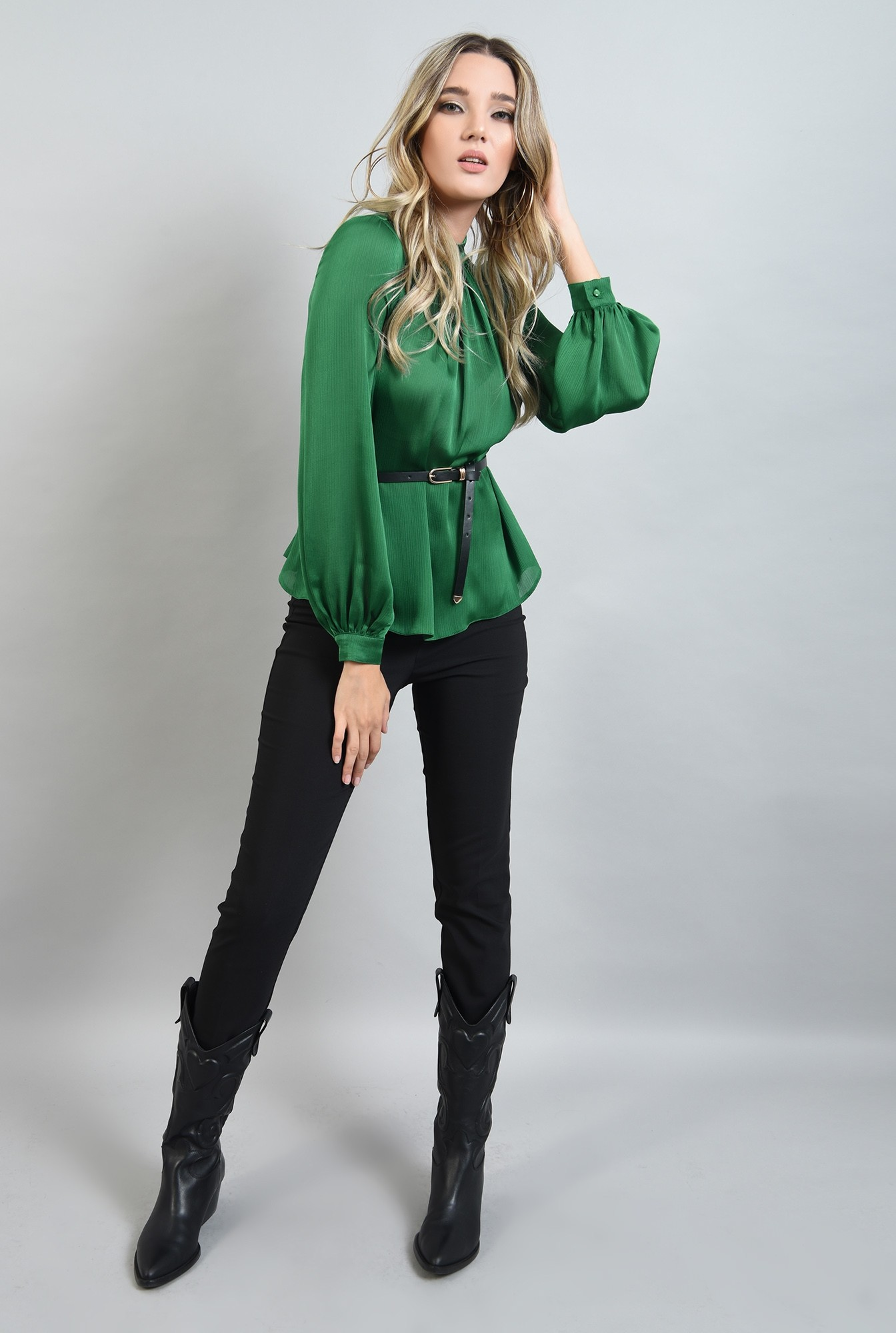 0 - bluza lejera, verde, cu guler inalt, cu pliuri