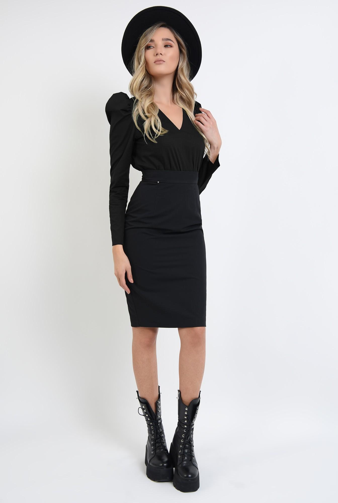 0 - bluza neagra, cu umeri accentuati, cu maneca lunga