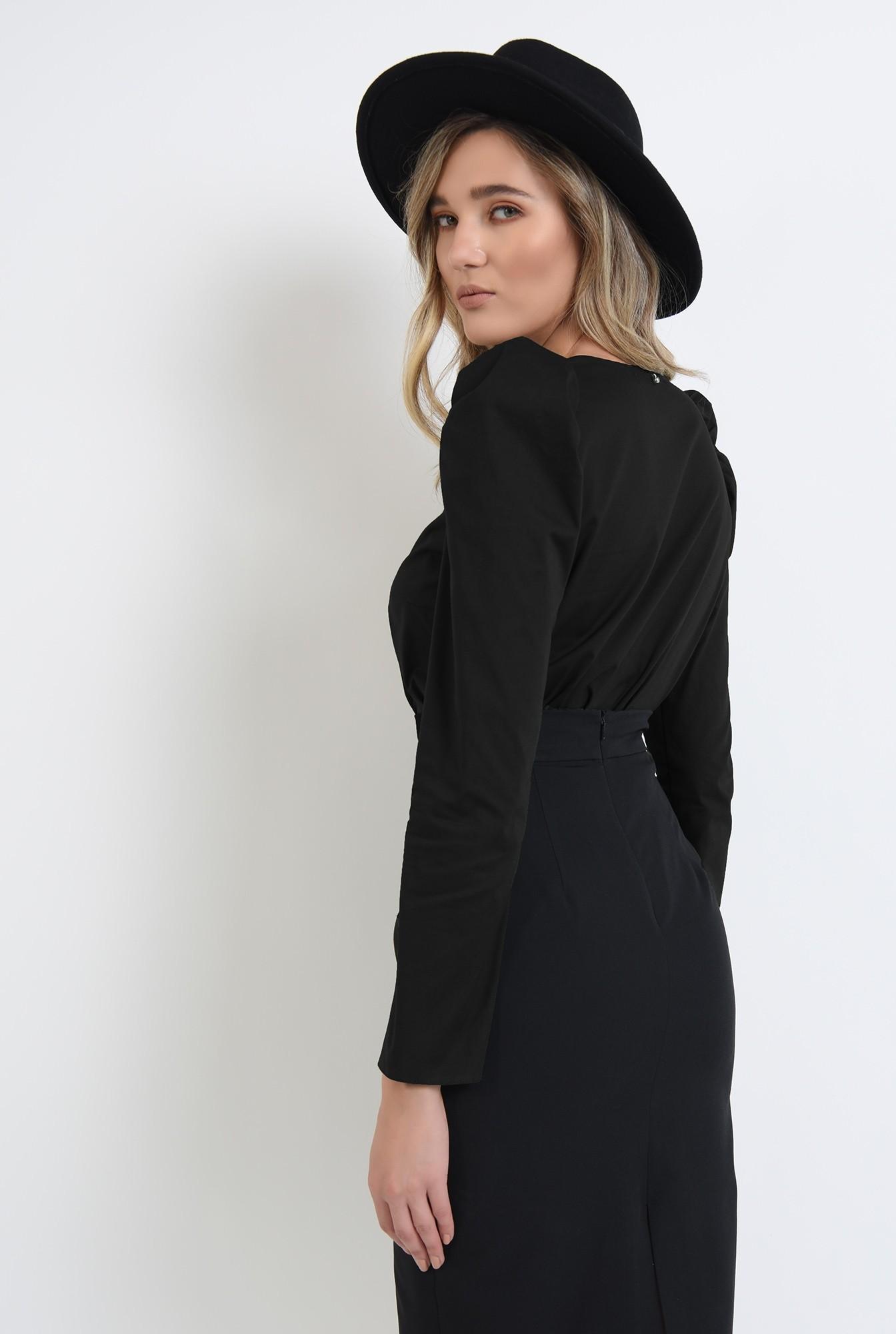 1 - bluza neagra, cu umeri accentuati, cu maneca lunga