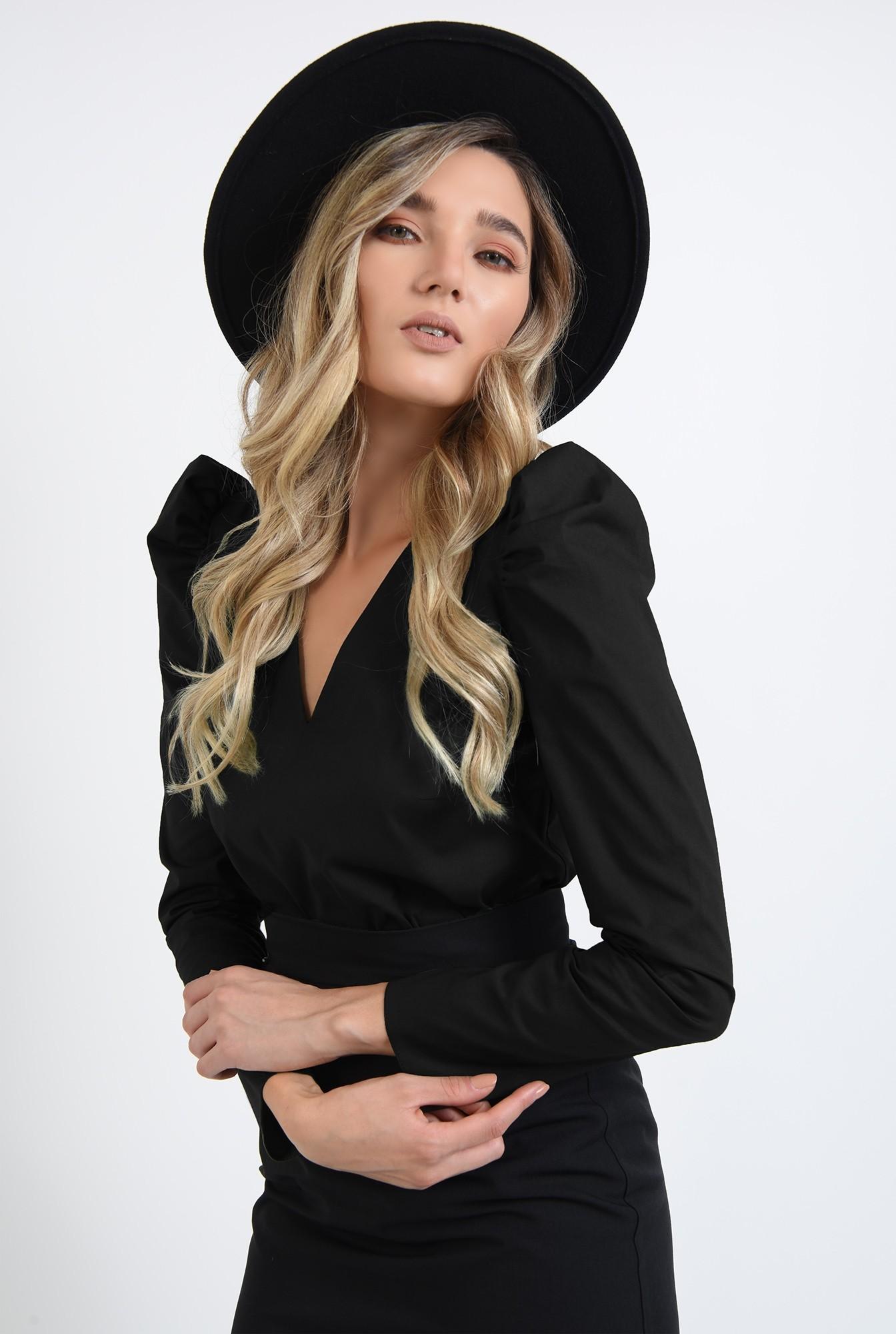 2 - bluza neagra, cu umeri accentuati, cu maneca lunga