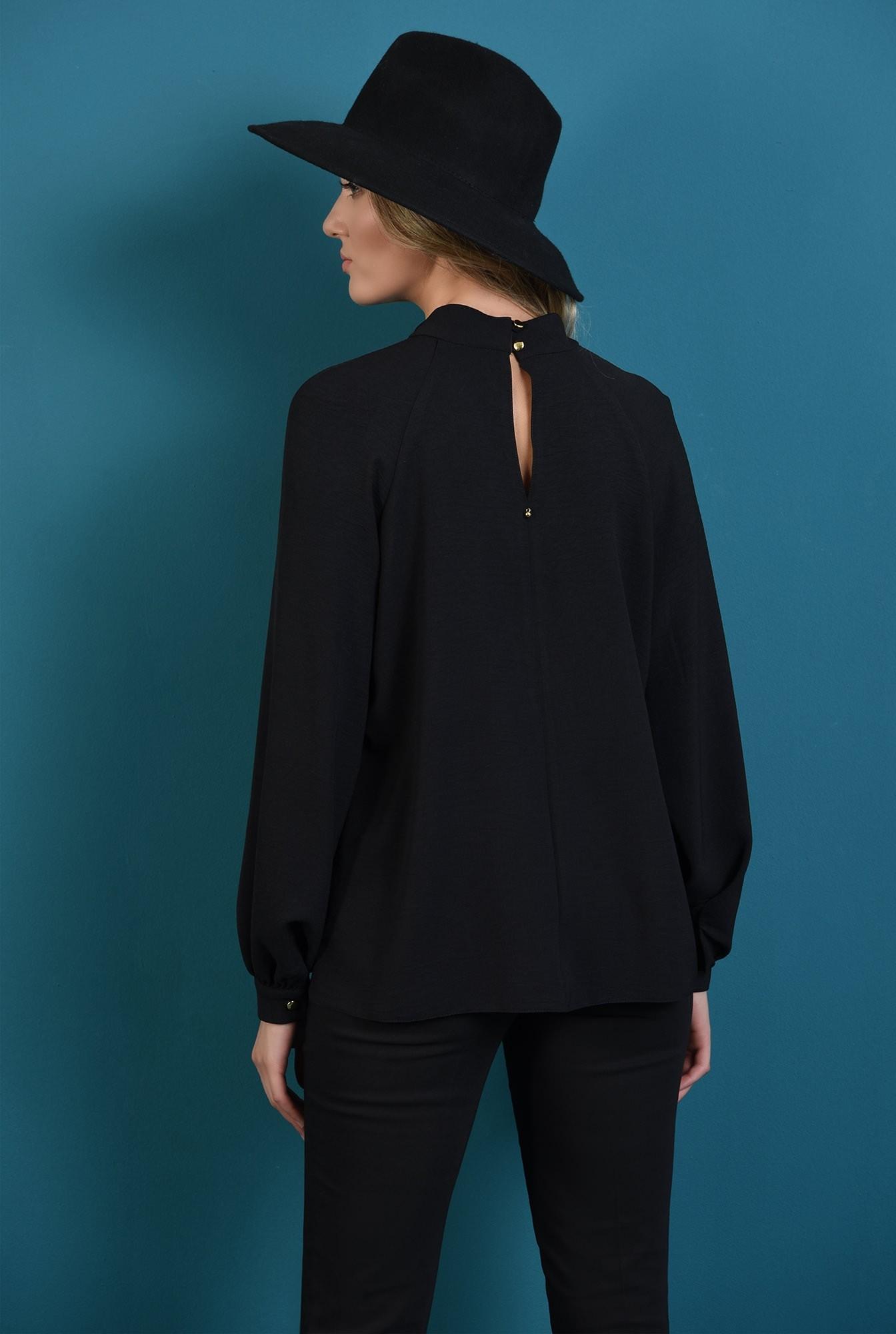 2 - bluza lejera, neagra, cu guler inalt, cu pliuri