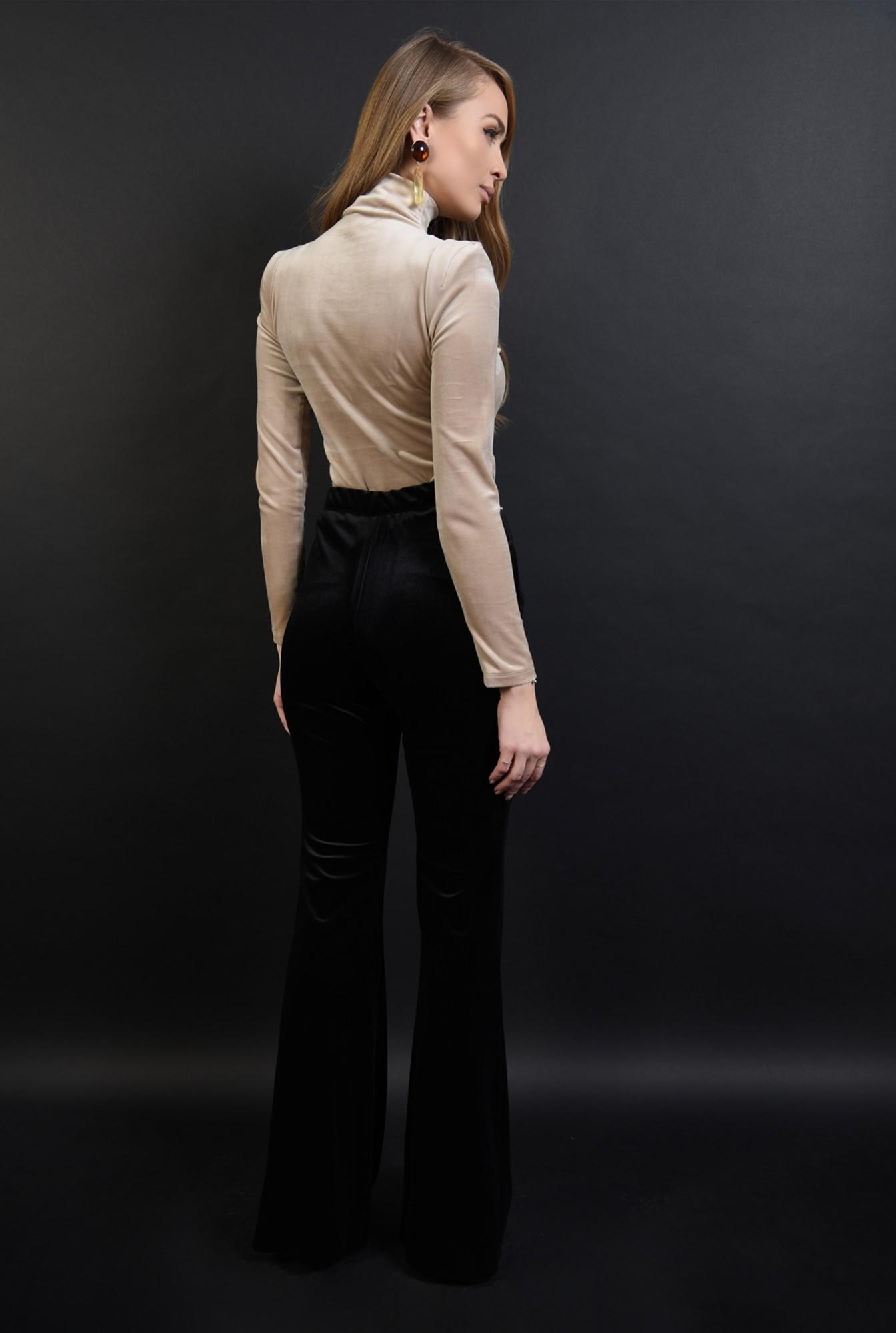 2 - 360 - bluza crem, cu guler inalt, cu umeri accentuati