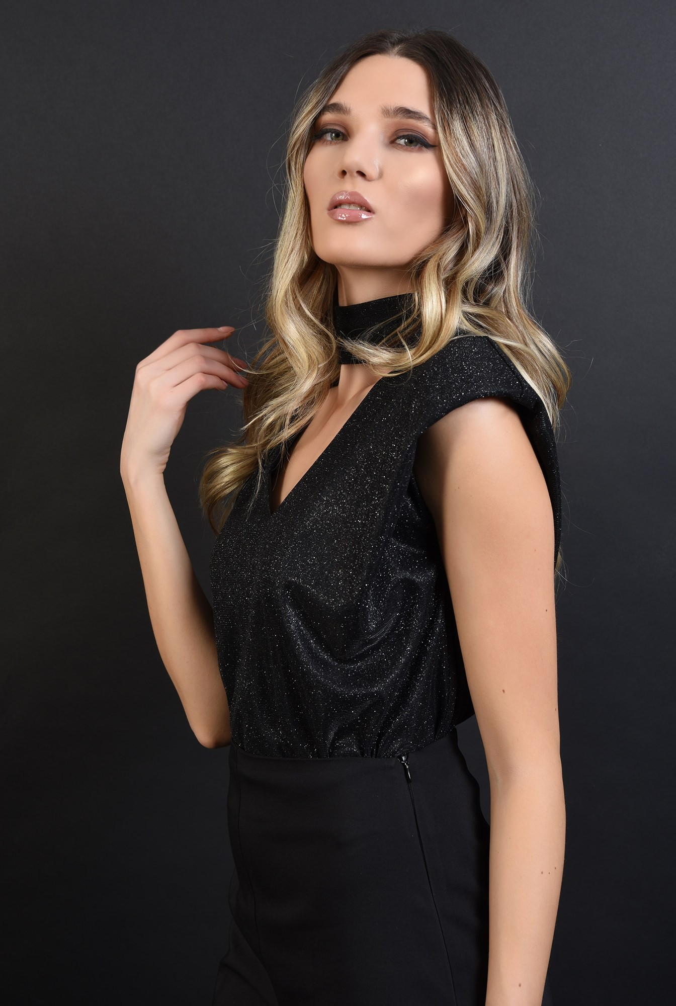 1 - bluza neagra, din lurex, cu umeri accentuati