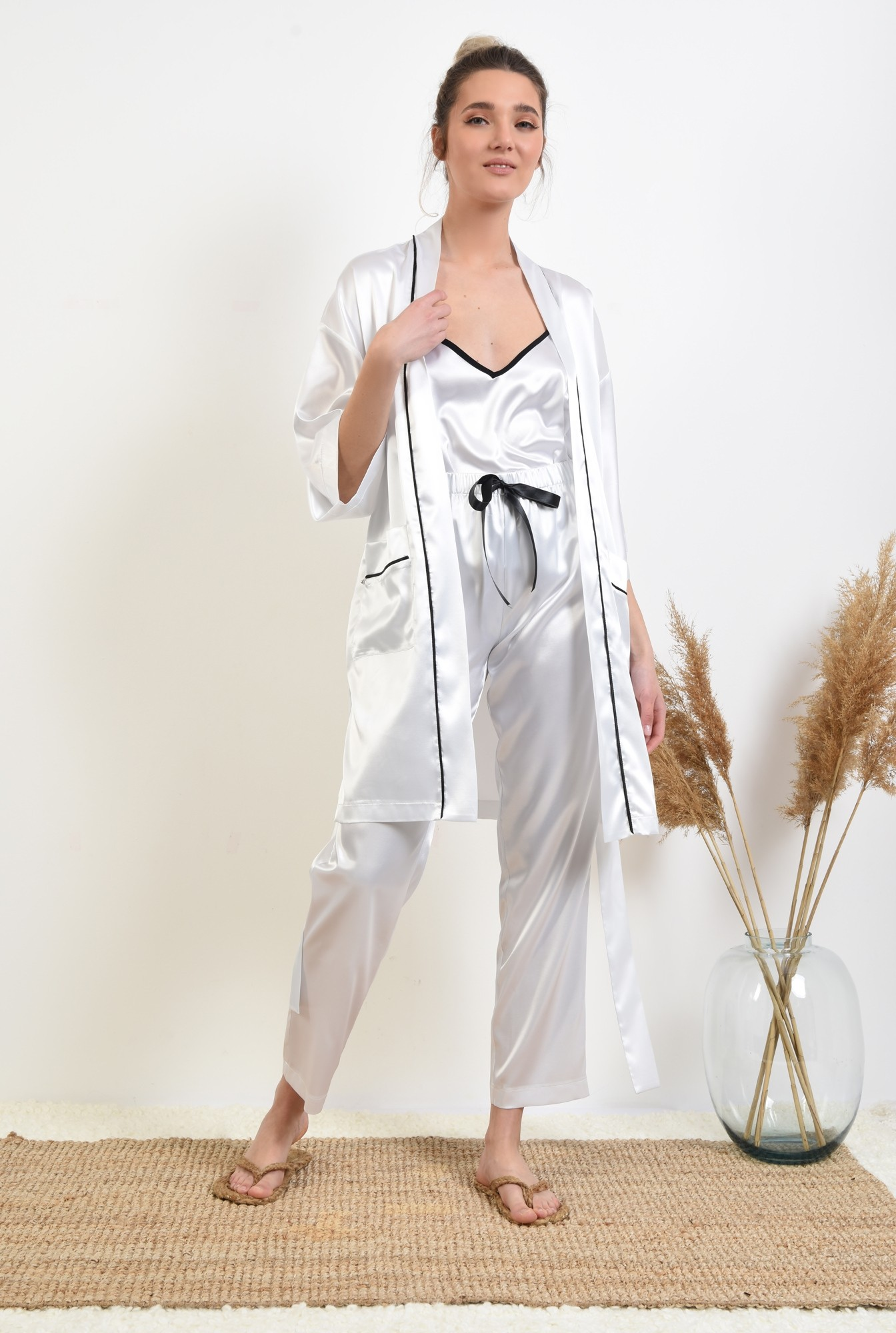3 -  halat din satin, alb, cu insertii in contrast, cu buzunare, cu cordon