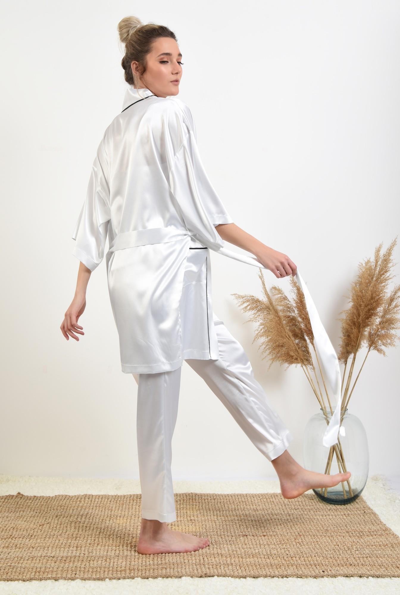 1 -  halat din satin, alb, cu insertii in contrast, cu buzunare, cu cordon