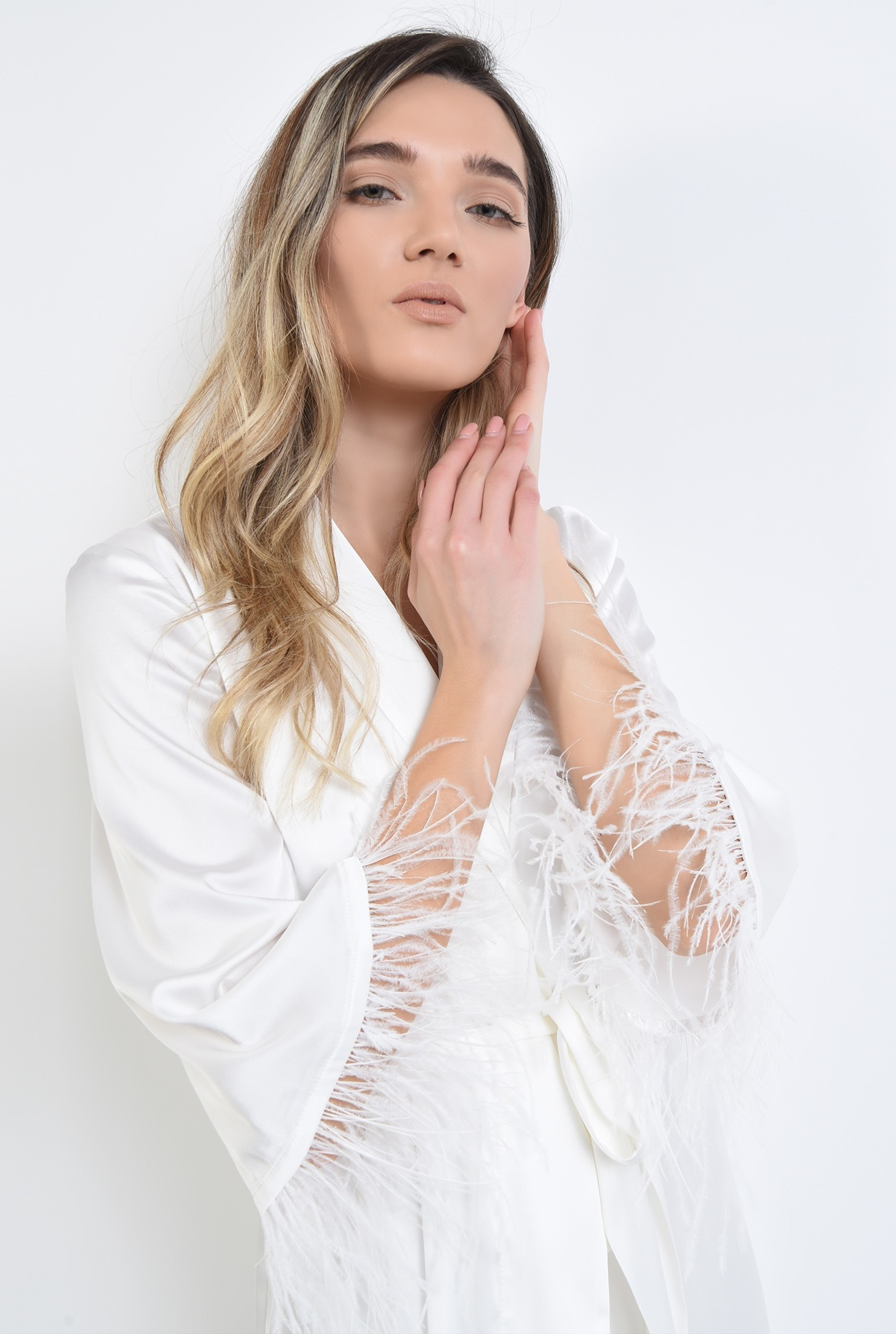 2 - cardigan alb, din satin, cu pene de strut