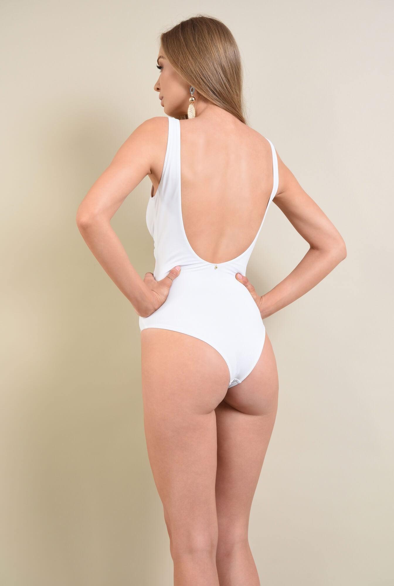 3 - costum de baie alb, pliuri, fronsat, accesoriu metalic auriu
