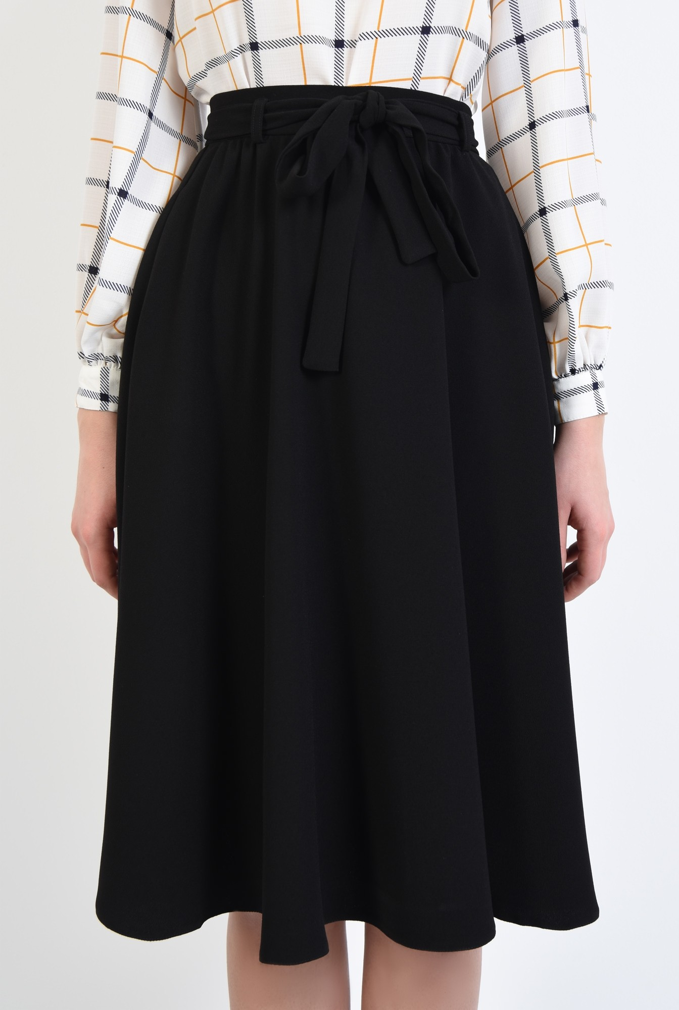 2 - fusta neagra, evazata, cu funda, croi pe bie