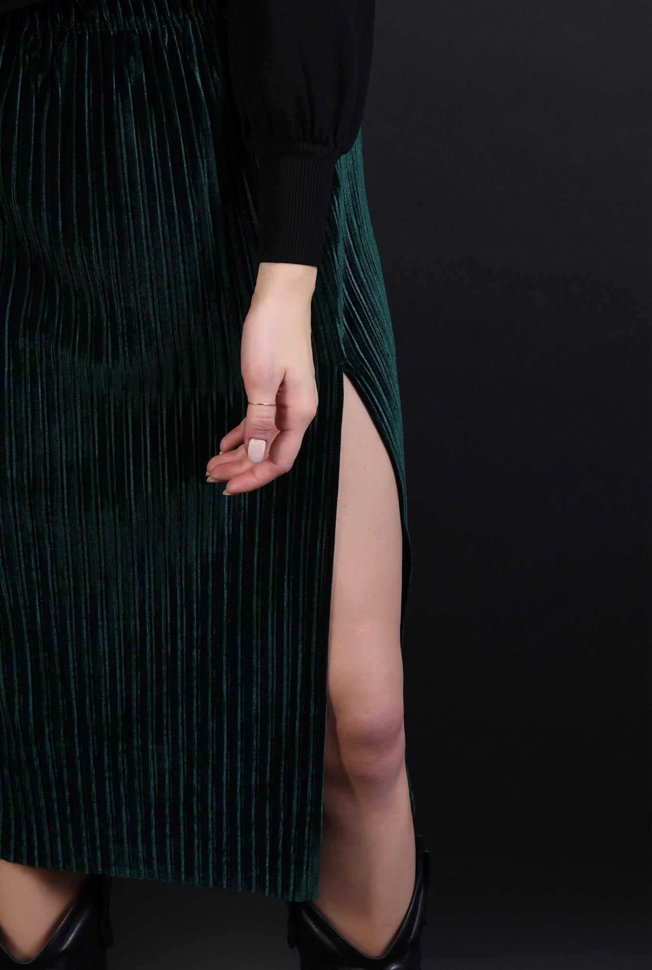 3 - 360 - fusta verde plisata,, din catifea, cu slit lateral