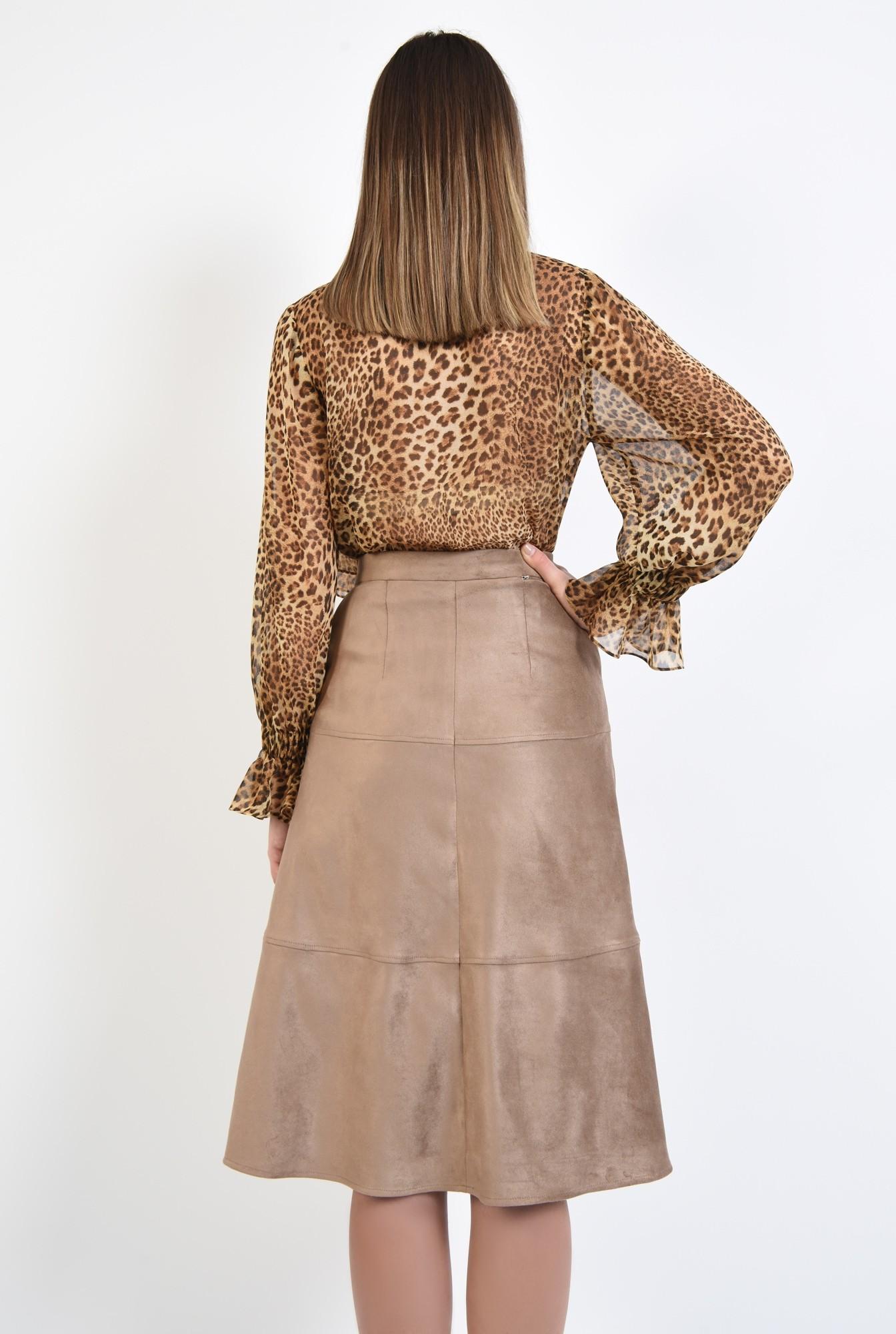 1 - fusta din velur, inchidere cu capse, cusaturi decorative, buzunare
