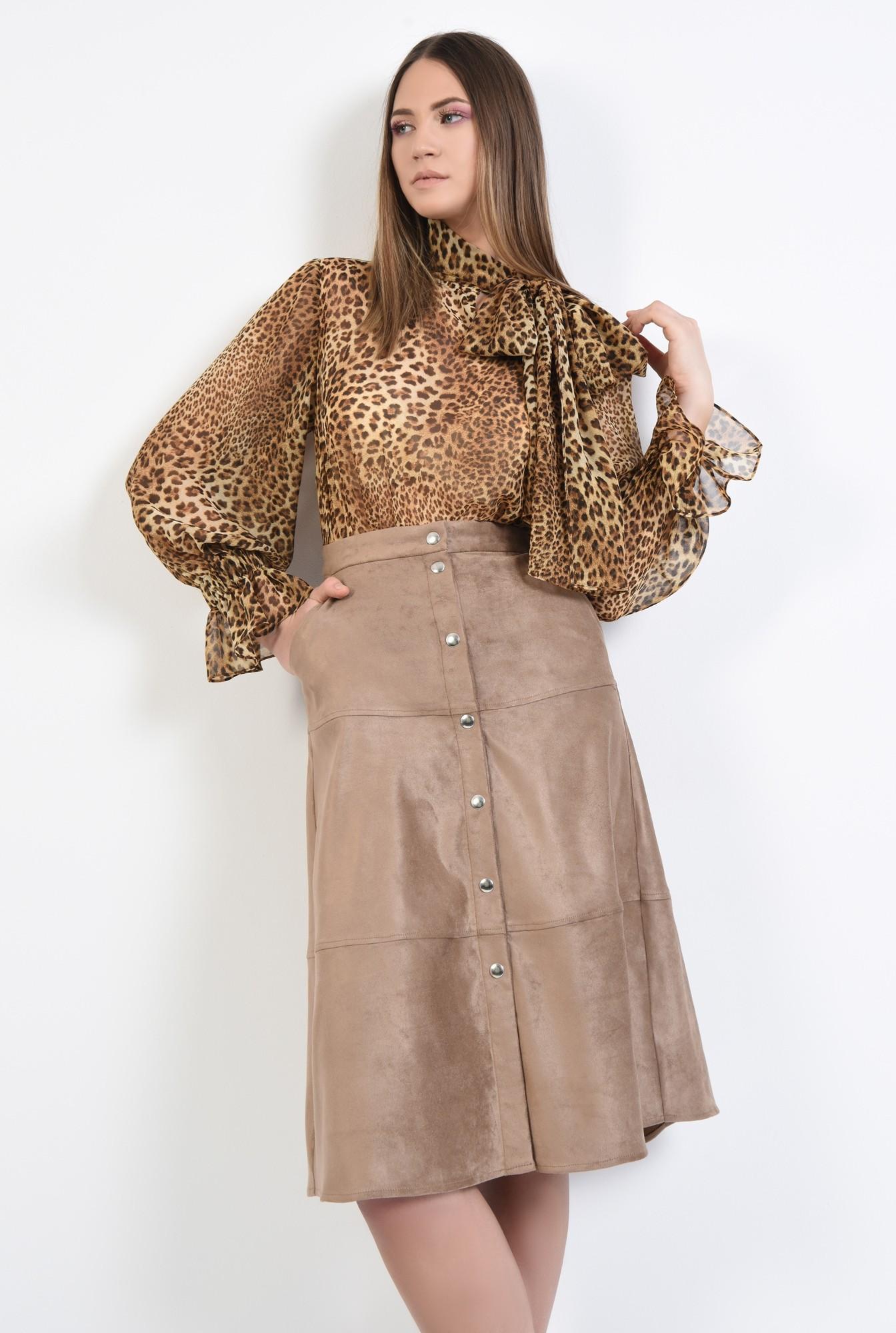 2 - fusta din velur, inchidere cu capse, cusaturi decorative, buzunare