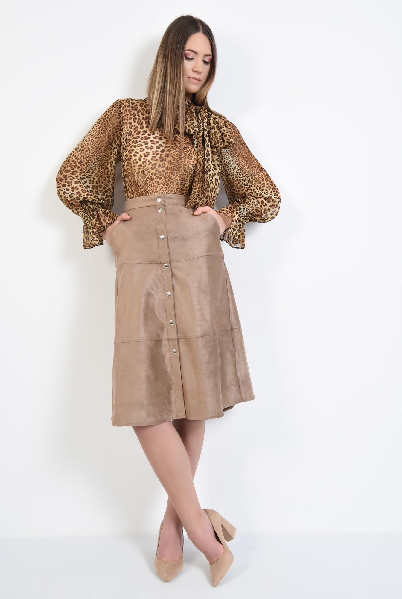 3 - fusta din velur, inchidere cu capse, cusaturi decorative, buzunare