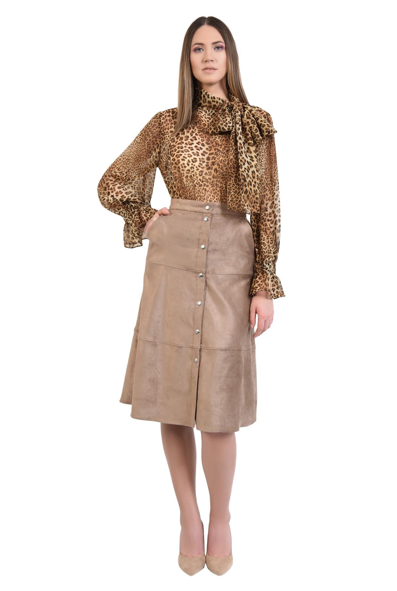 0 - fusta din velur, inchidere cu capse, cusaturi decorative, buzunare