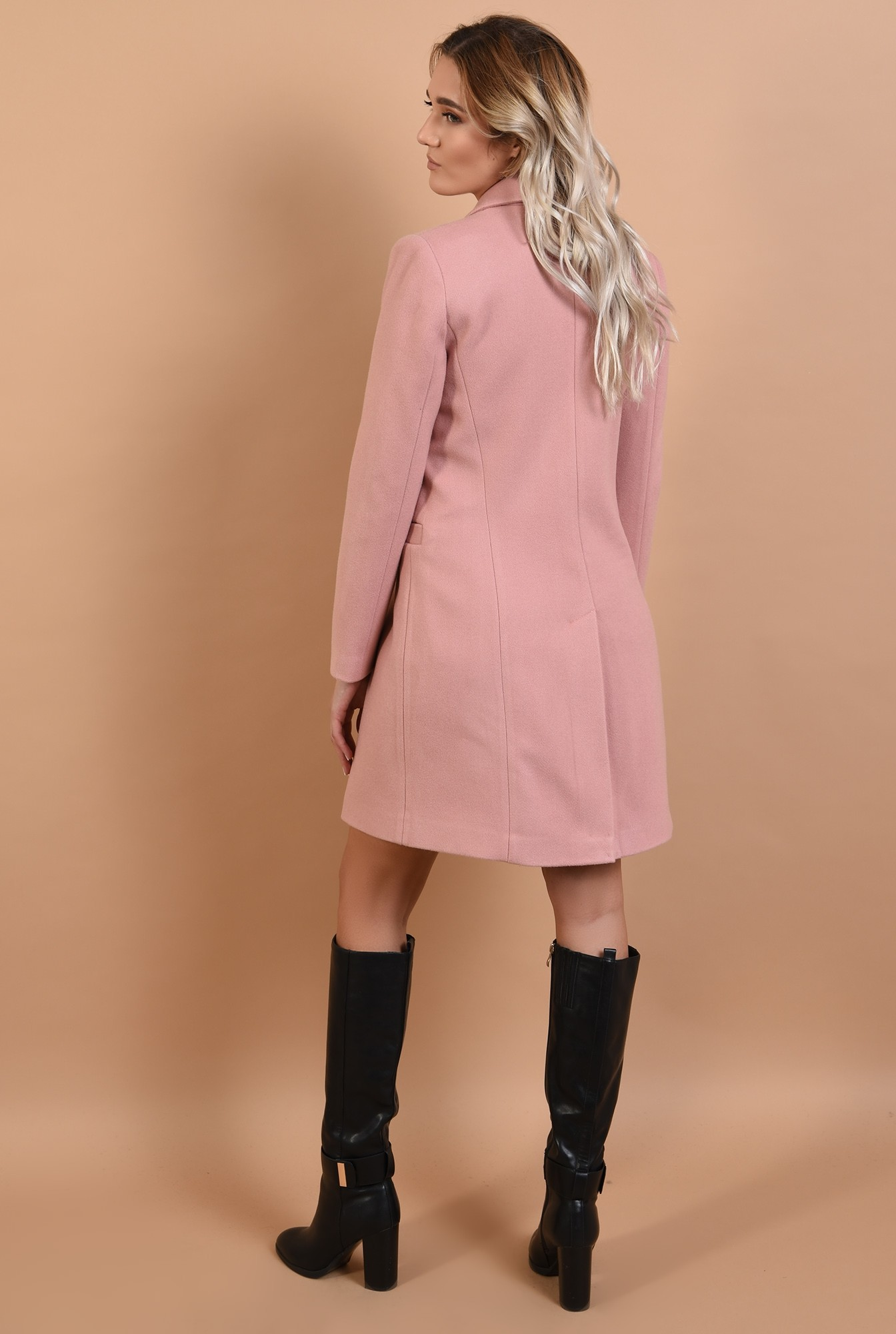 1 - palton roz, cu nasturi decorativi, revere crestate, Poema