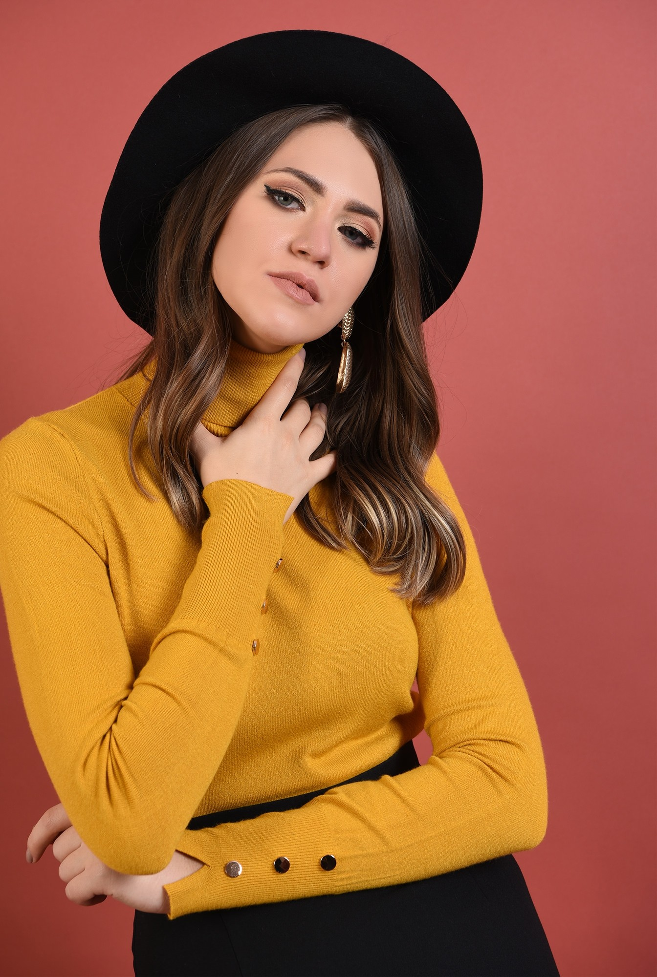 2 - pulover mustar, mulat, fin, guler inalt, nasturi decorativi