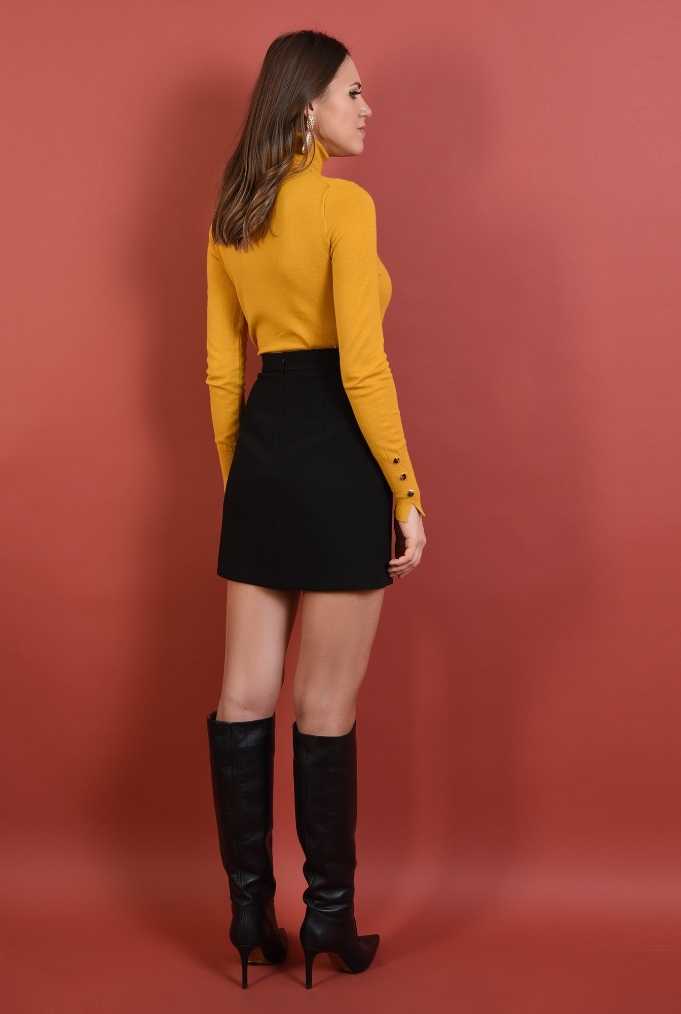 1 - pulover mustar, mulat, fin, guler inalt, nasturi decorativi