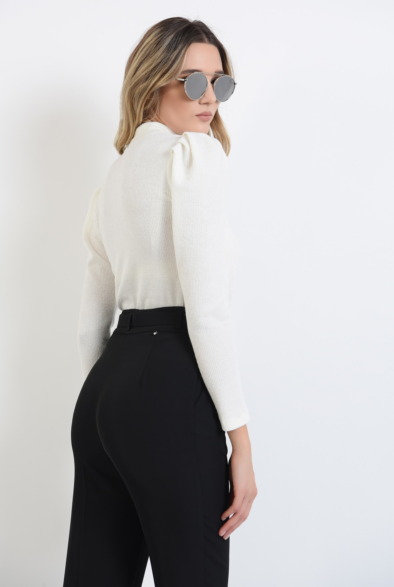 1 - pulover cu umeri accentuati, tricotat, alb, cu maneca lunga