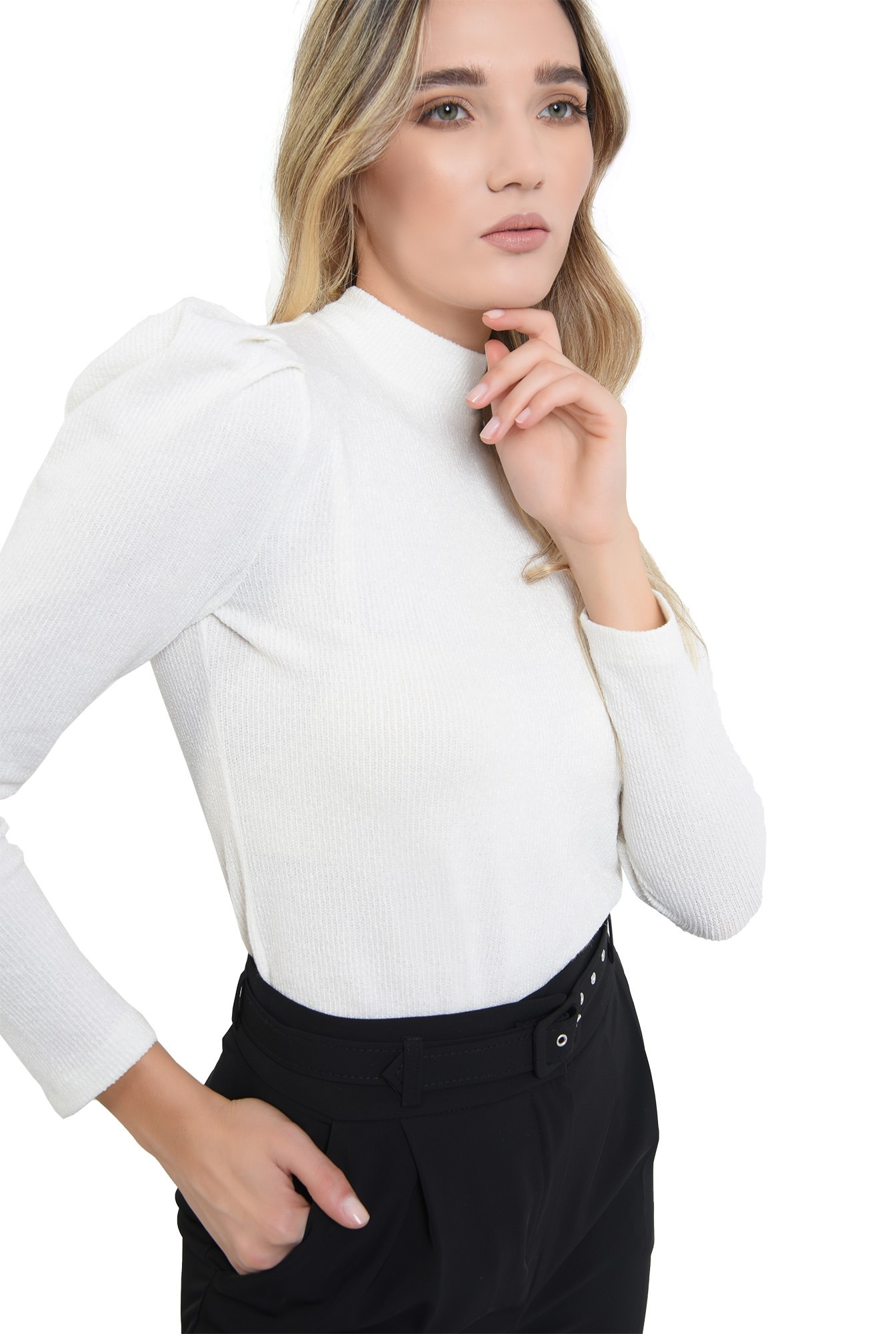 3 - pulover cu umeri accentuati, tricotat, alb, cu maneca lunga