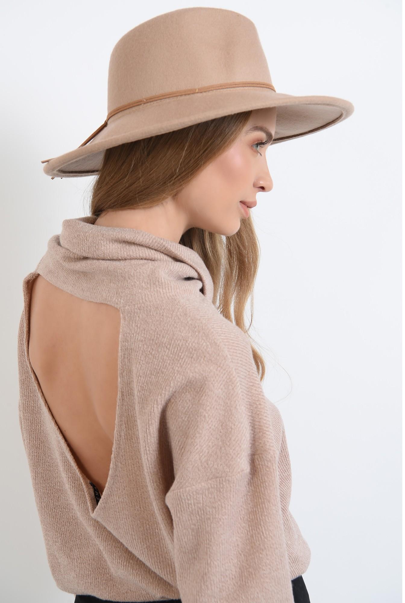 1 - pulover tricotat,bej, cu guler inalt