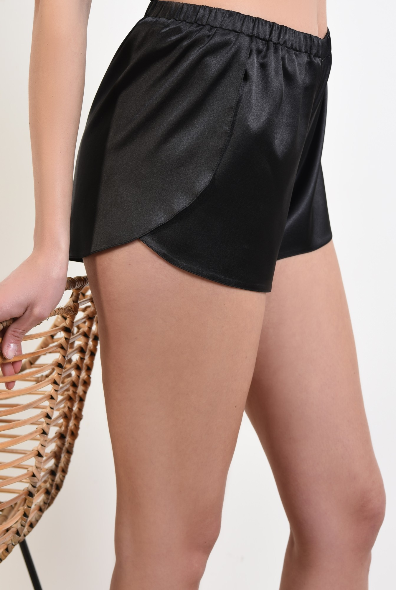 2 - sort din satin, cu imprimeu geometric, alb-negru, pantaloni scurti
