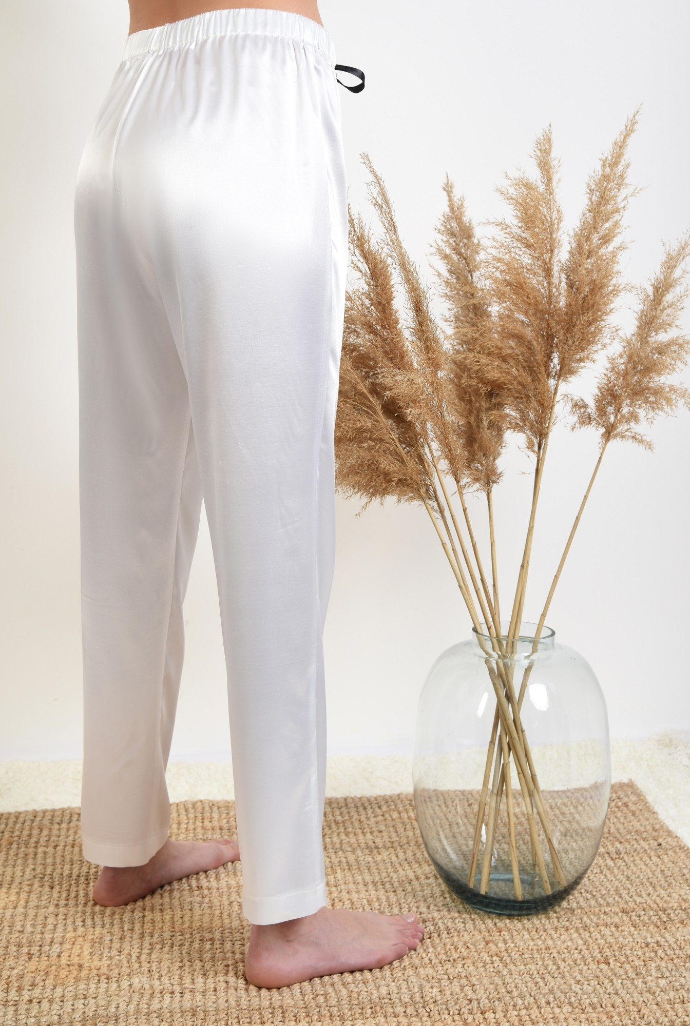 1 - pantaloni din satin, albi, lungi, cu funda in contrast