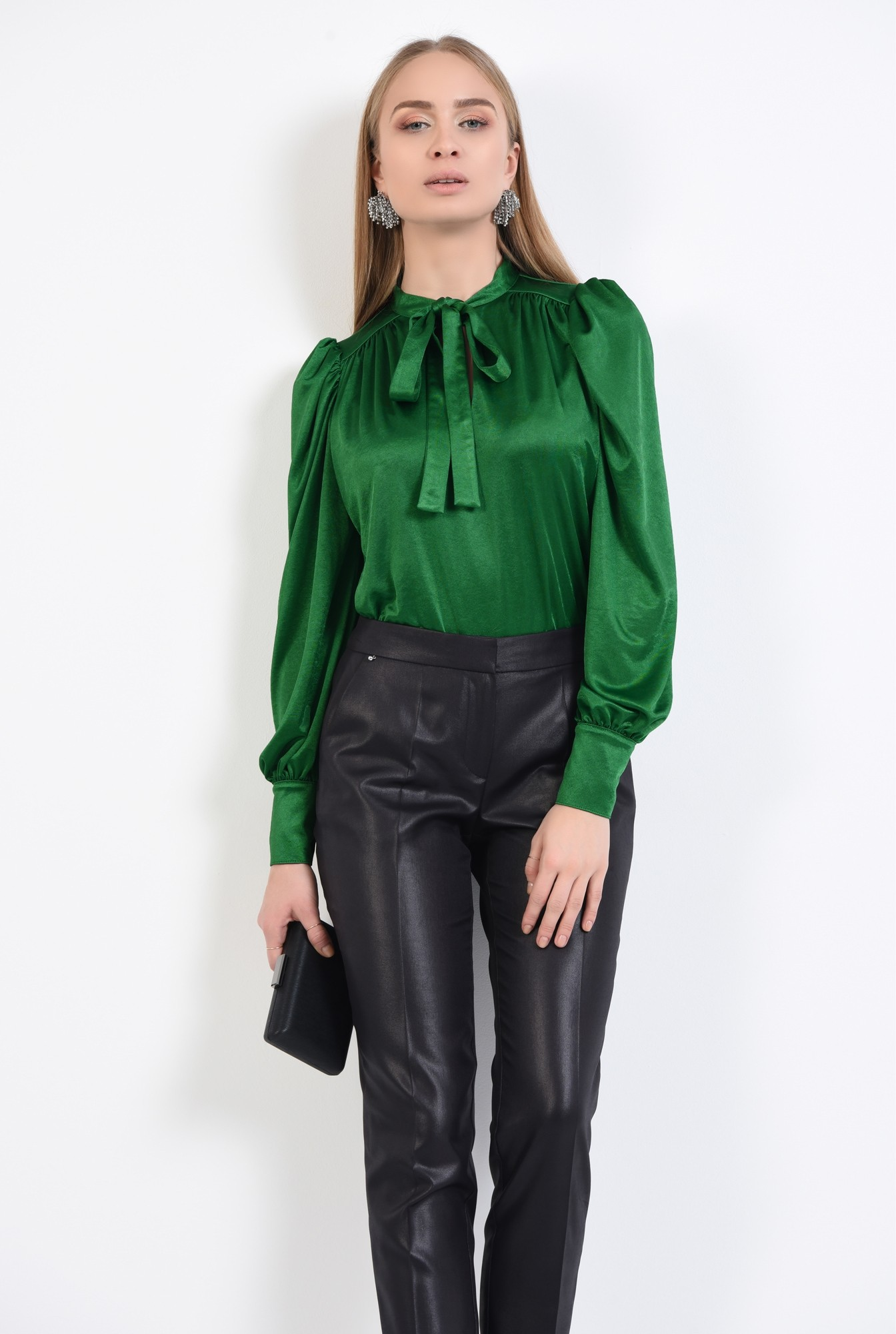 2 - pantaloni negri, eleganti, conici, la dunga, aspect lucios