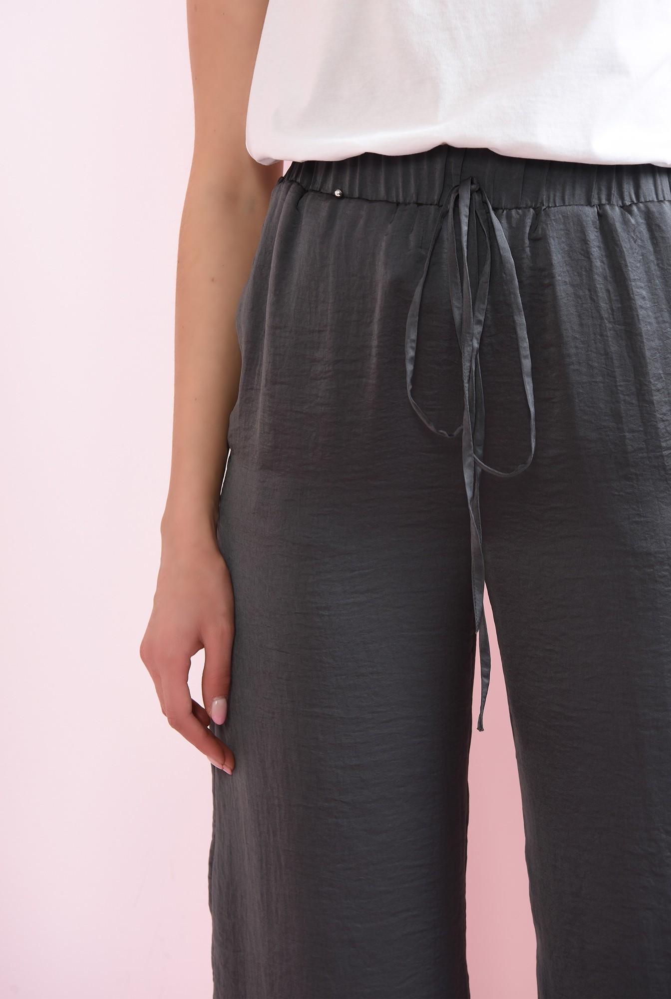2 -  pantaloni gri, din satin, evazati, cu snur