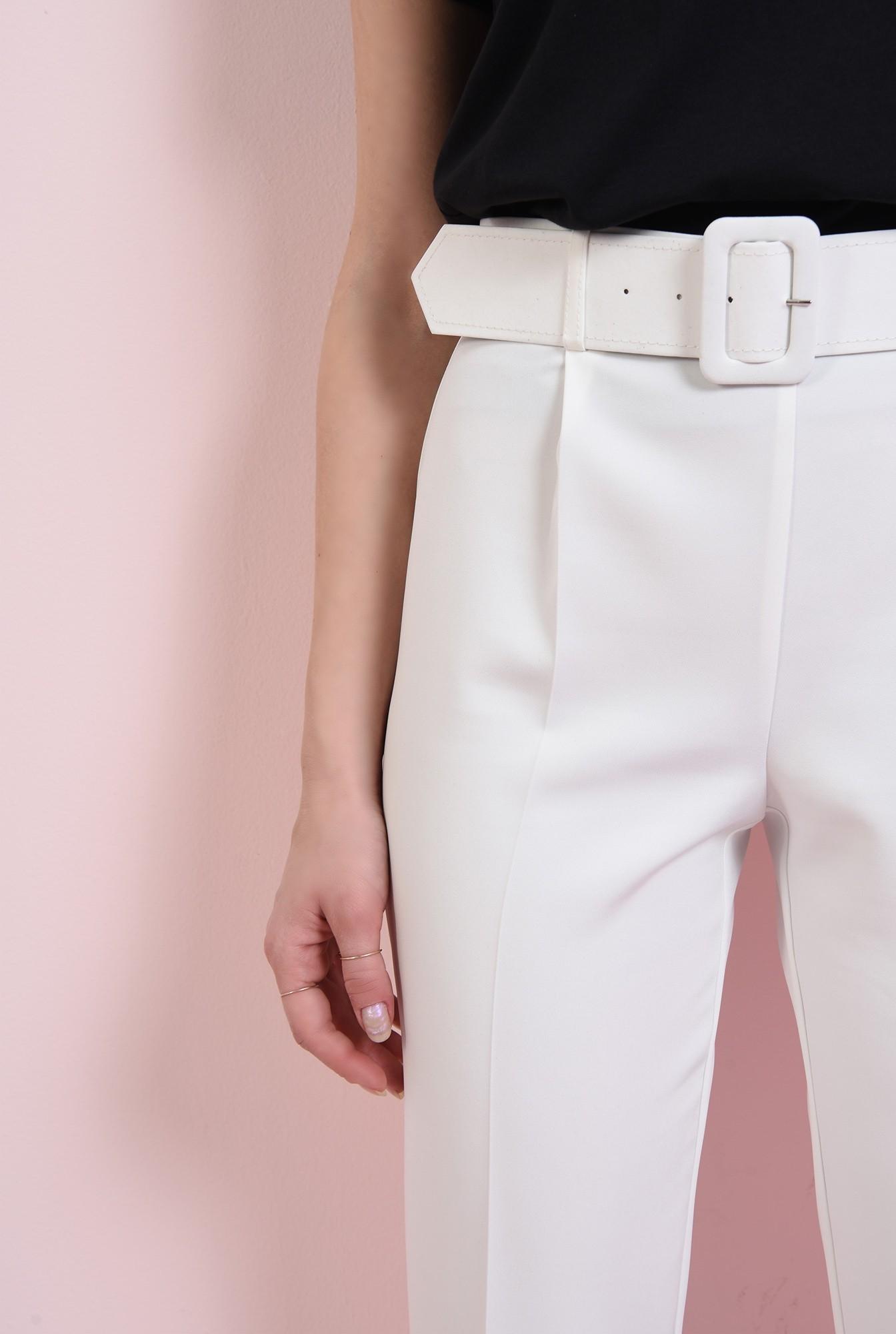 2 - pantaloni albi, cu curea, conici, la dunga
