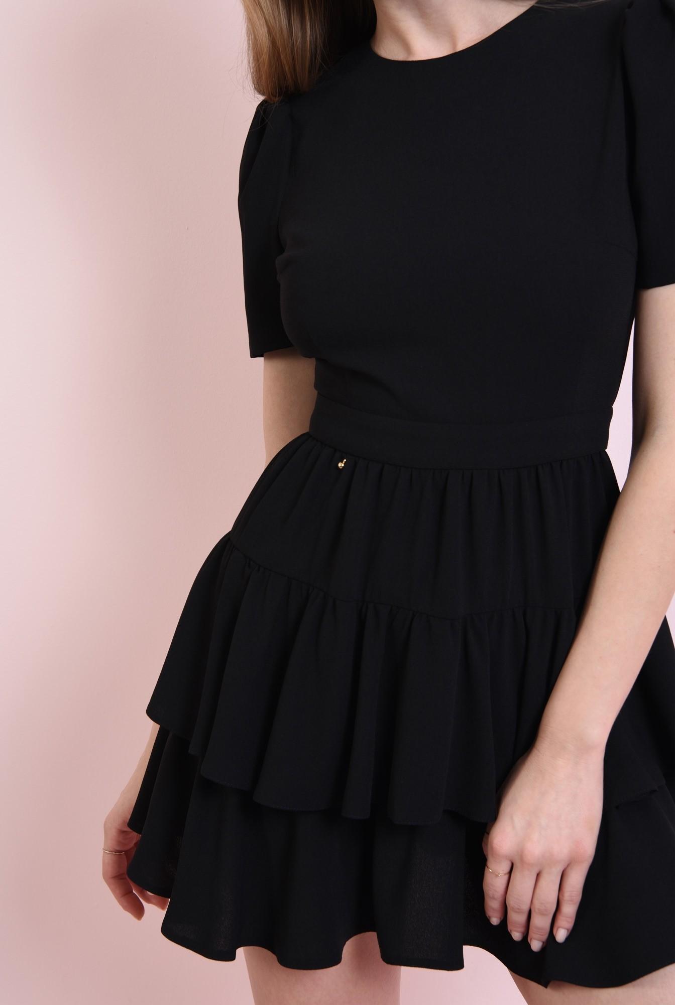 2 - rochie neagra, cu umeri voluminosi