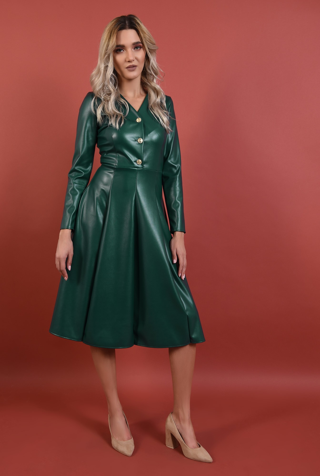 3 - rochie verde, piele, nasturi auii, decolteu anchior