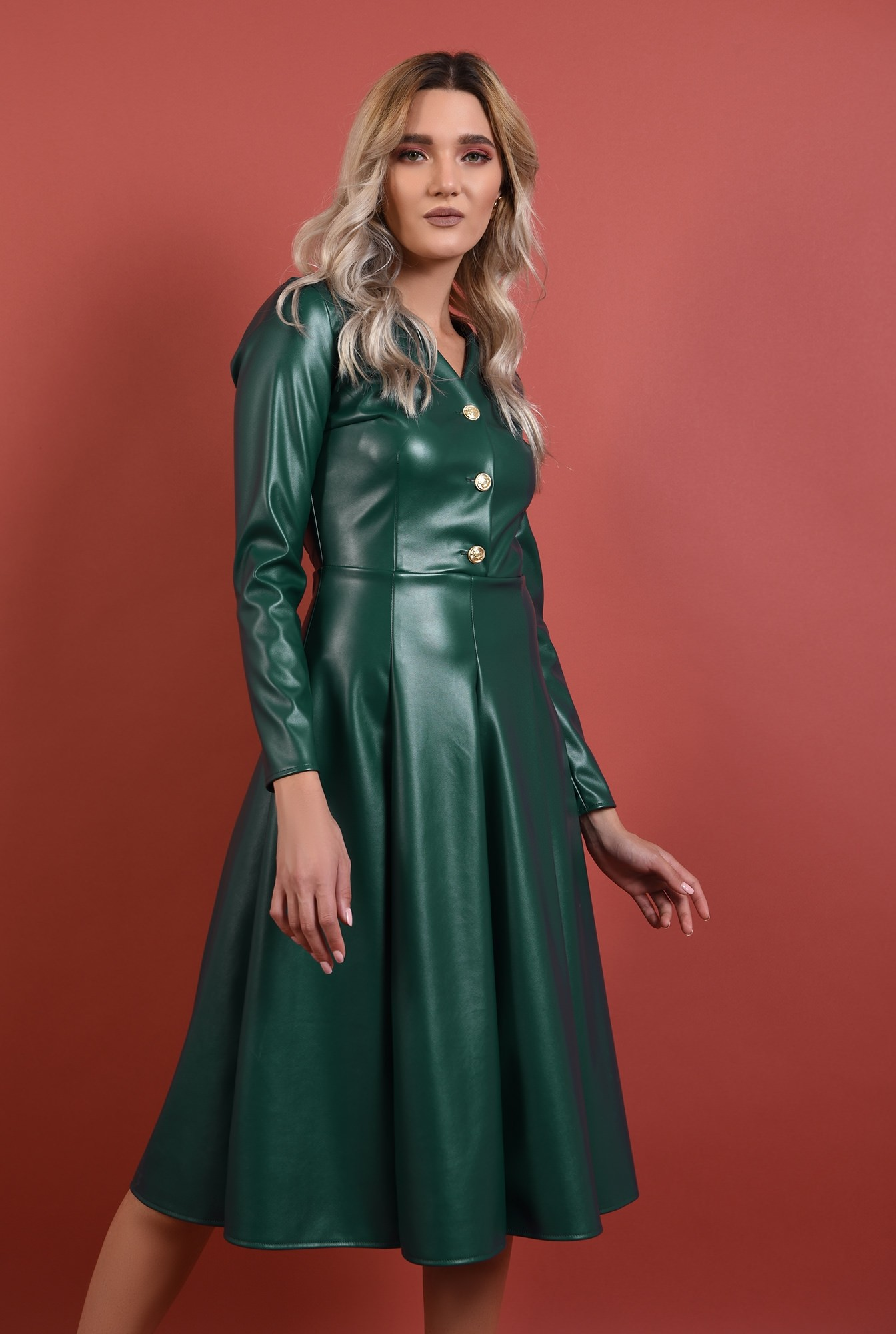 0 - rochie verde, piele, nasturi auii, decolteu anchior