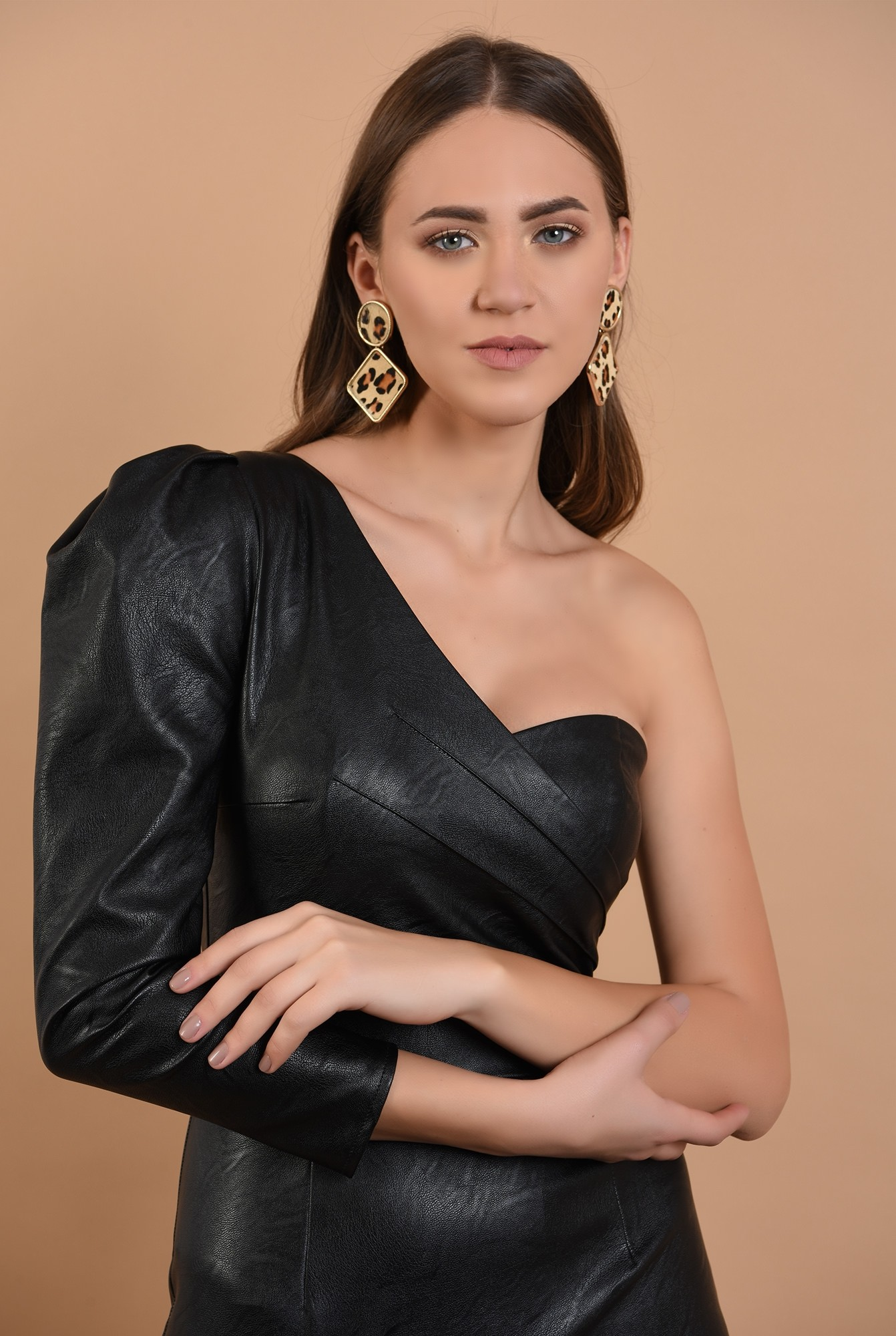 2 - rochie eleganta, piele neagra, maneca drapata, umar gol
