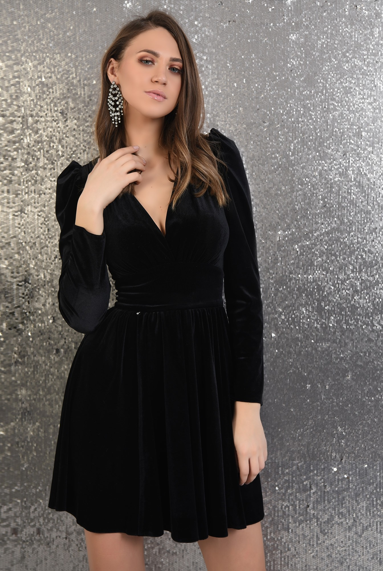 2 - rochie neagra, din catifea, clos, maneci lungi, decolteu in V