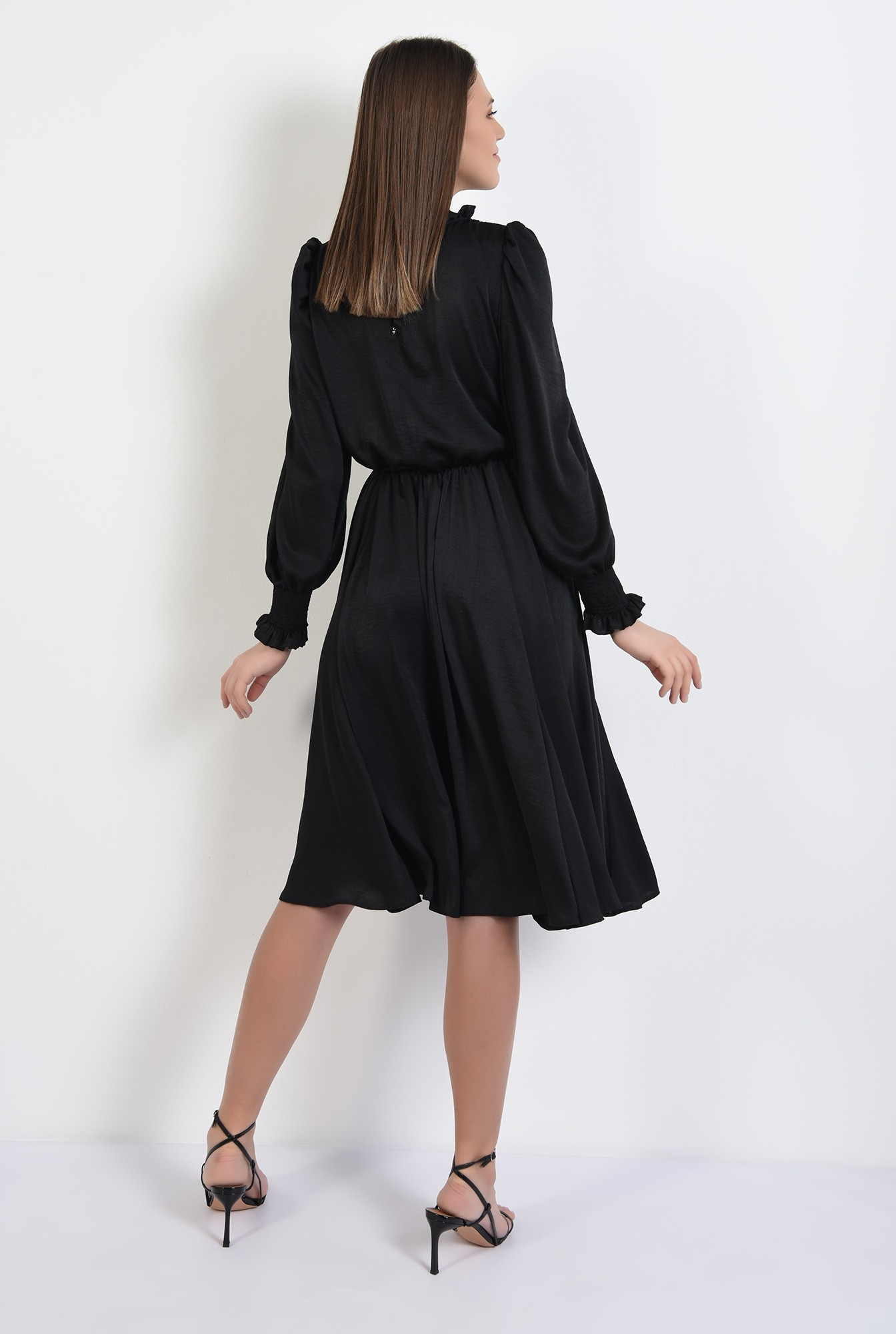 1 - rochie midi, evazata, guler incretit, talie pe elastic, inchidere cu butoniera
