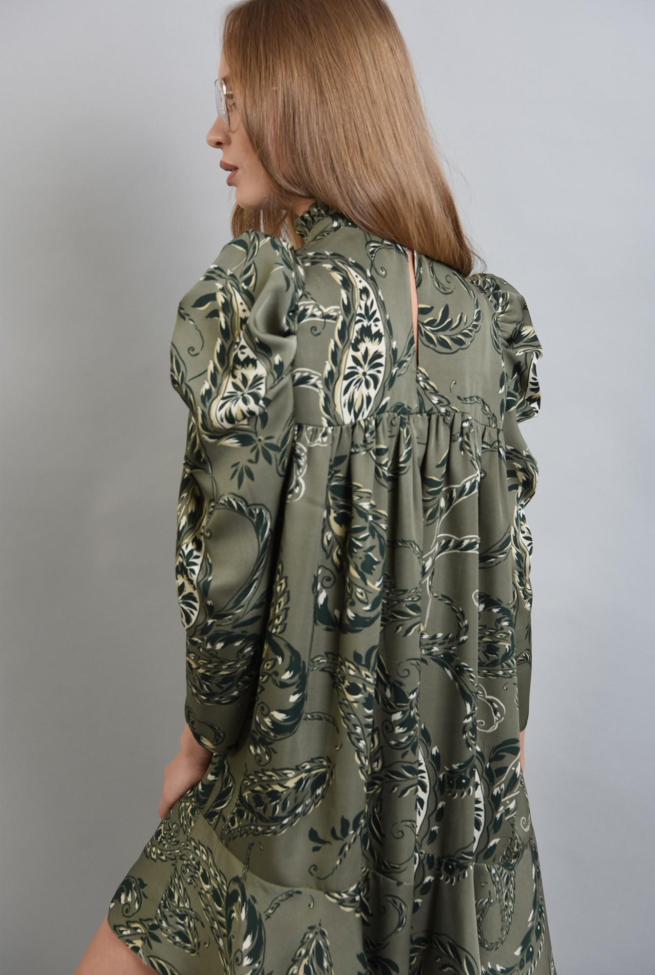 2 - rochie mini cu imprimeu, cu guler inalt