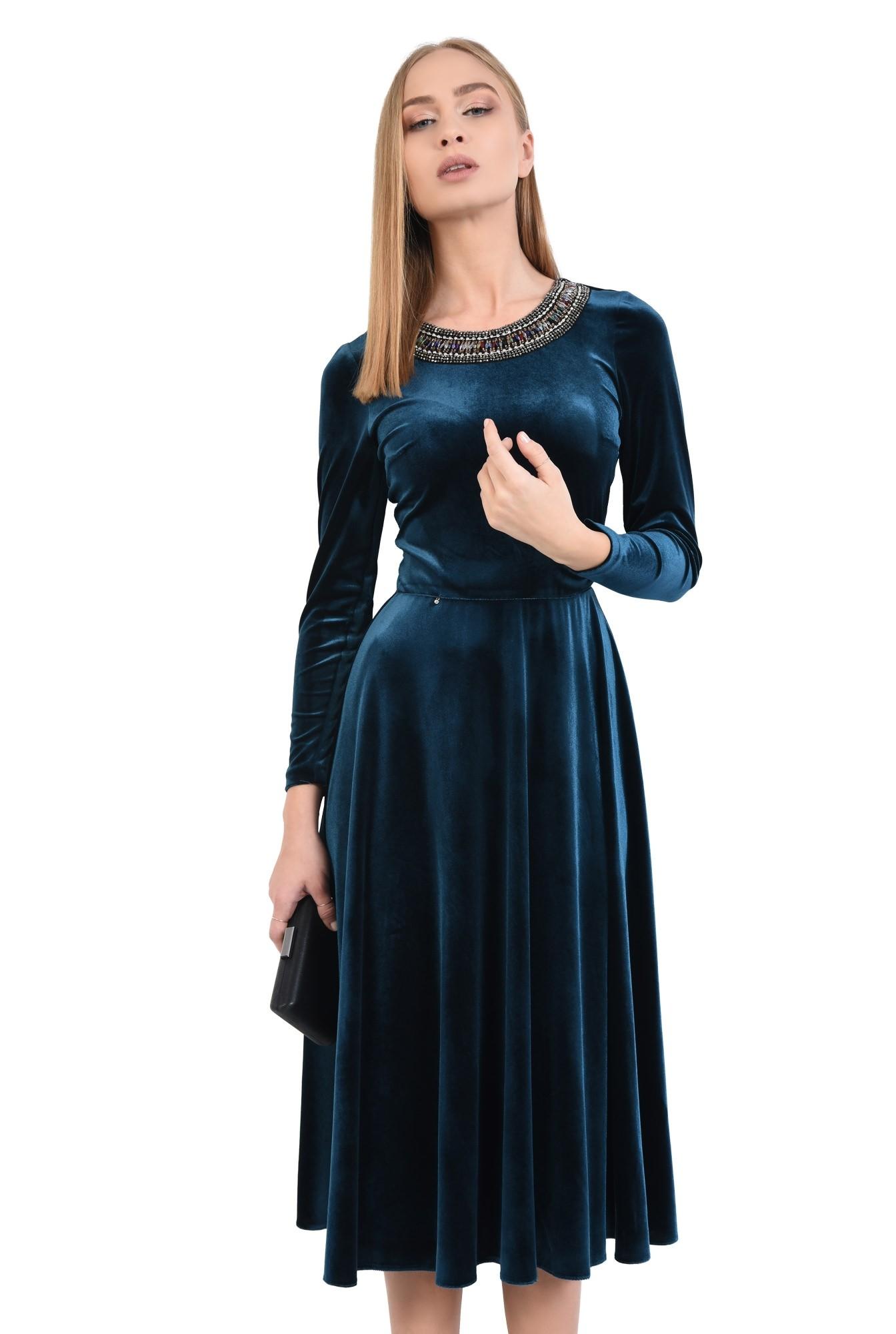 0 - rochie de seara, din catifea, croi evazat, cu pasmanterie tip colier