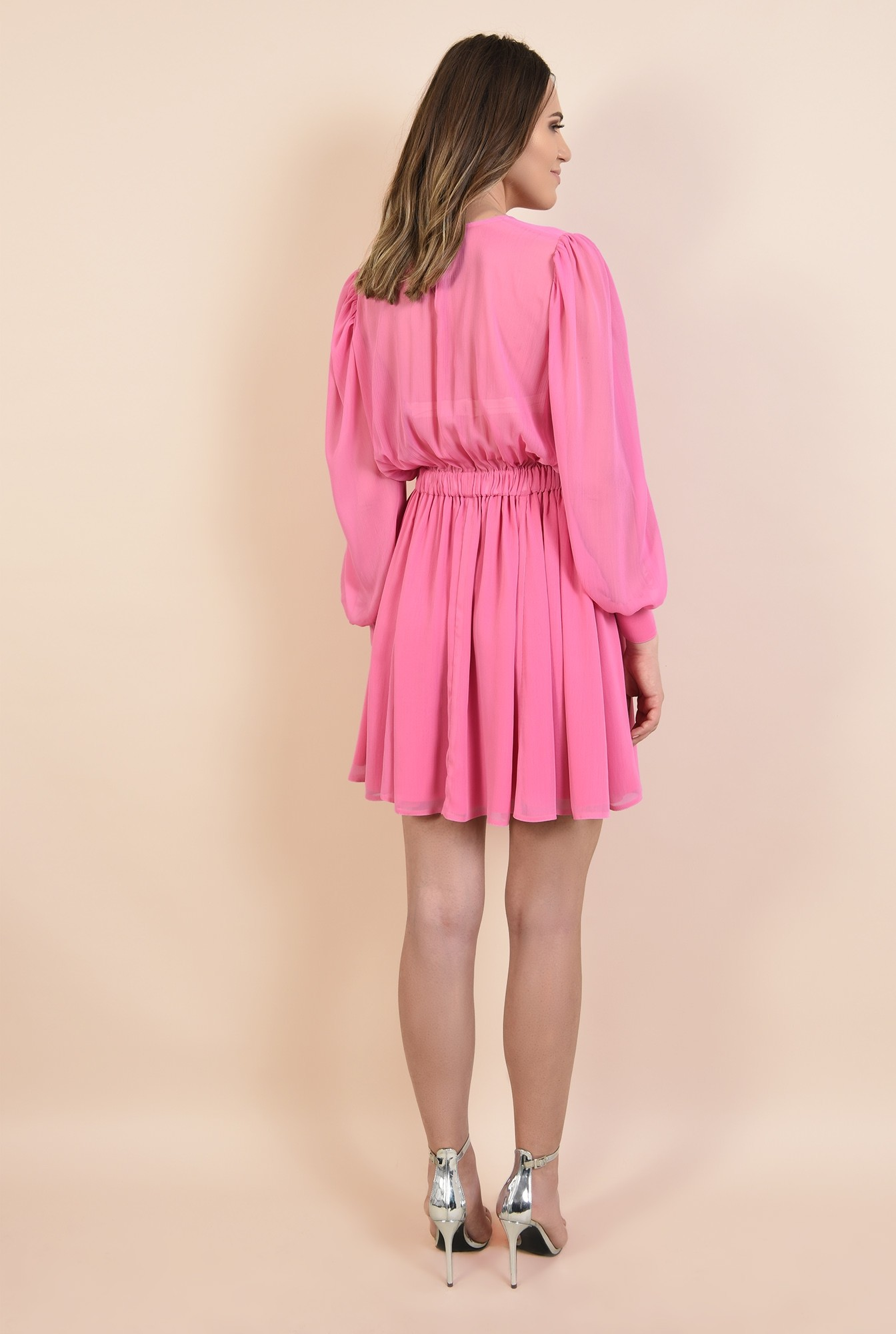 1 - rochie de seara, din voal roz, nasturi bijuterie, decolteu fronsat la baza gatului