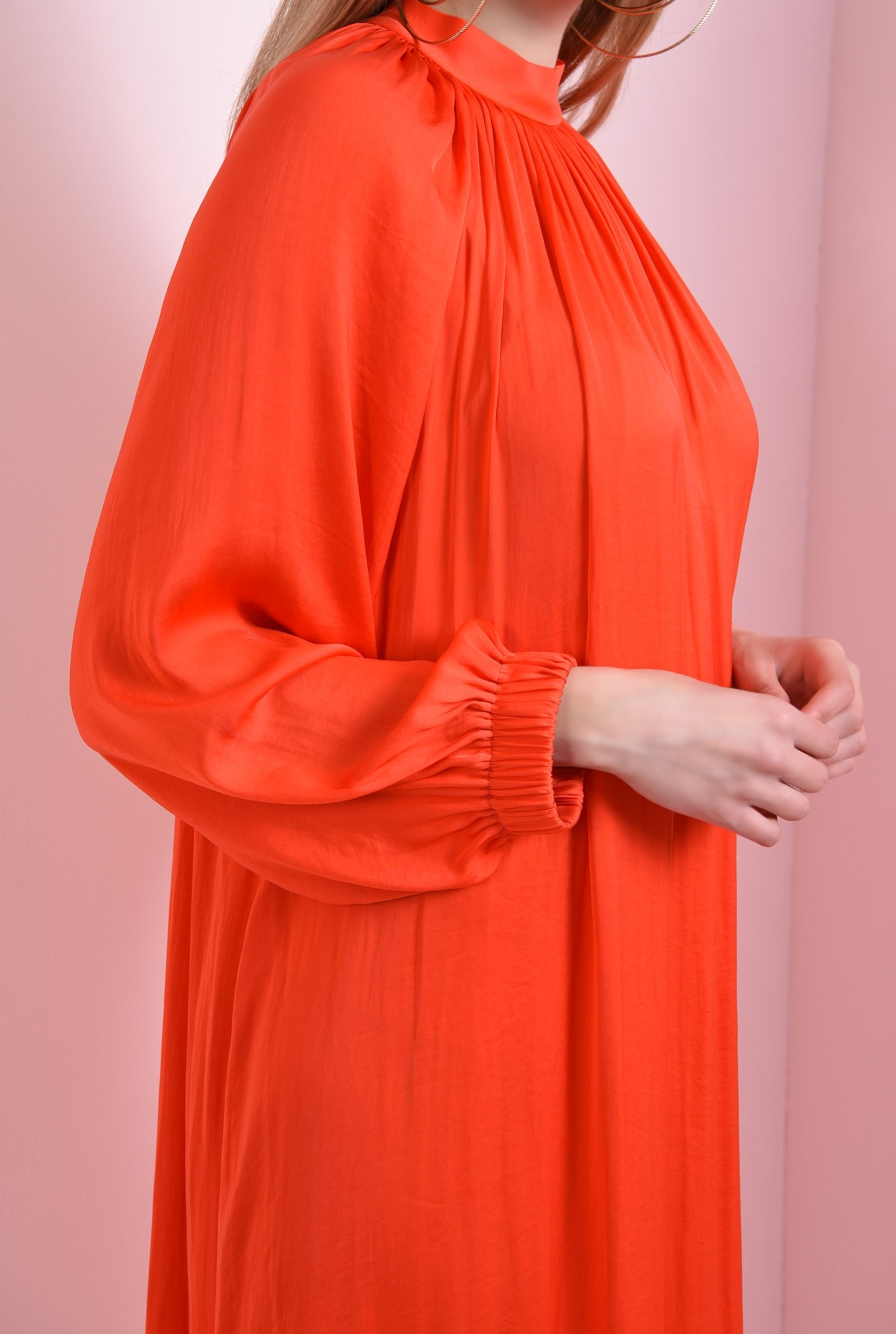2 - rochie din satin, cu maneca voluminoasa