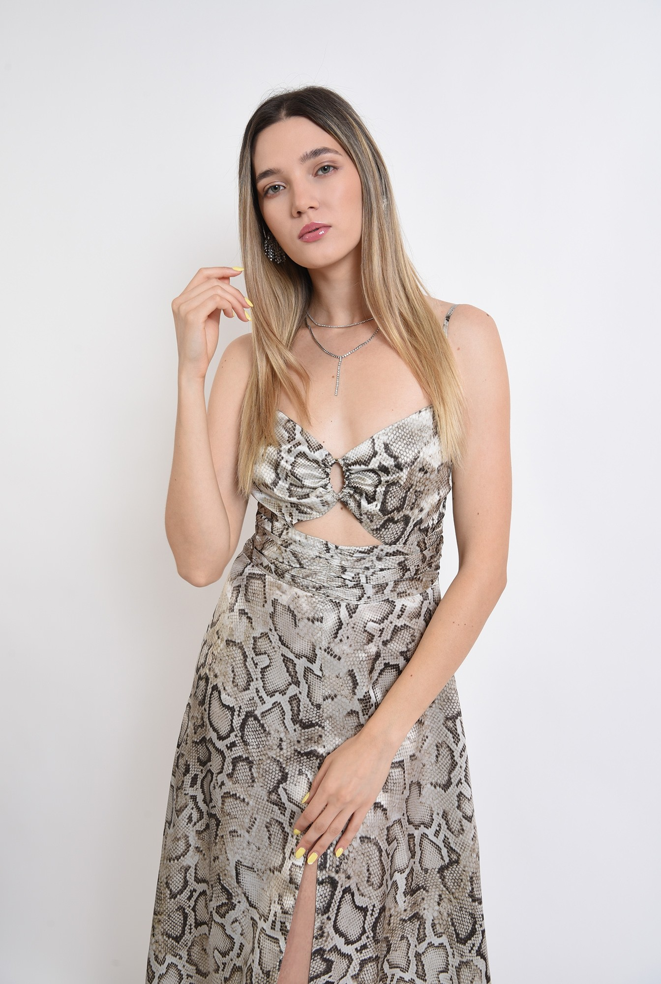 2 - rochie midi, eleganta, animal print, cu decupaj, fronsata pe accesoriu