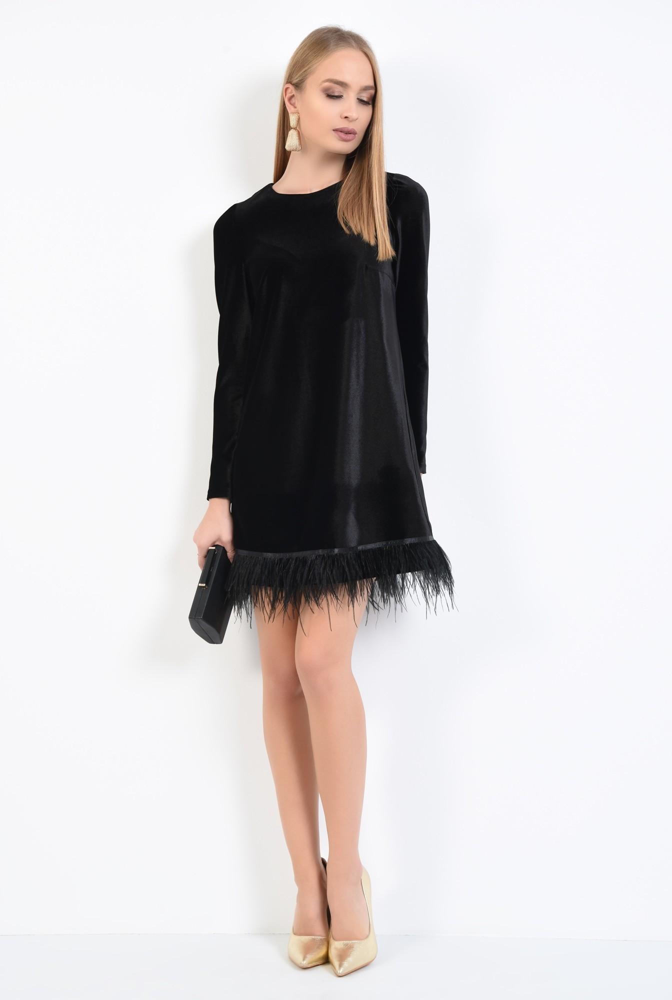 3 - rochie de seara, neagra, scurta, croi drept lejer, bordura din pene