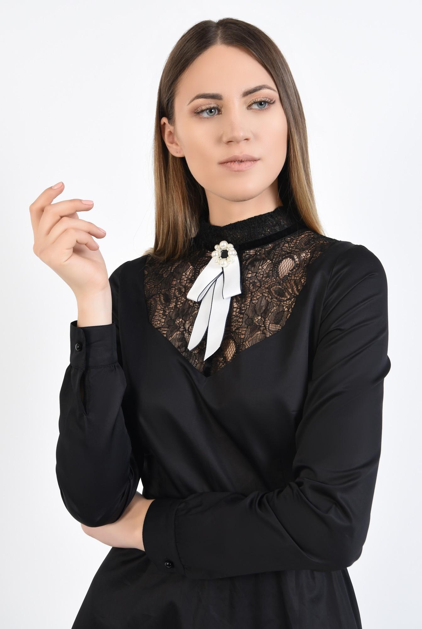 2 - rochie neagra, cu platca din dantela, cu brosa, croi evazat
