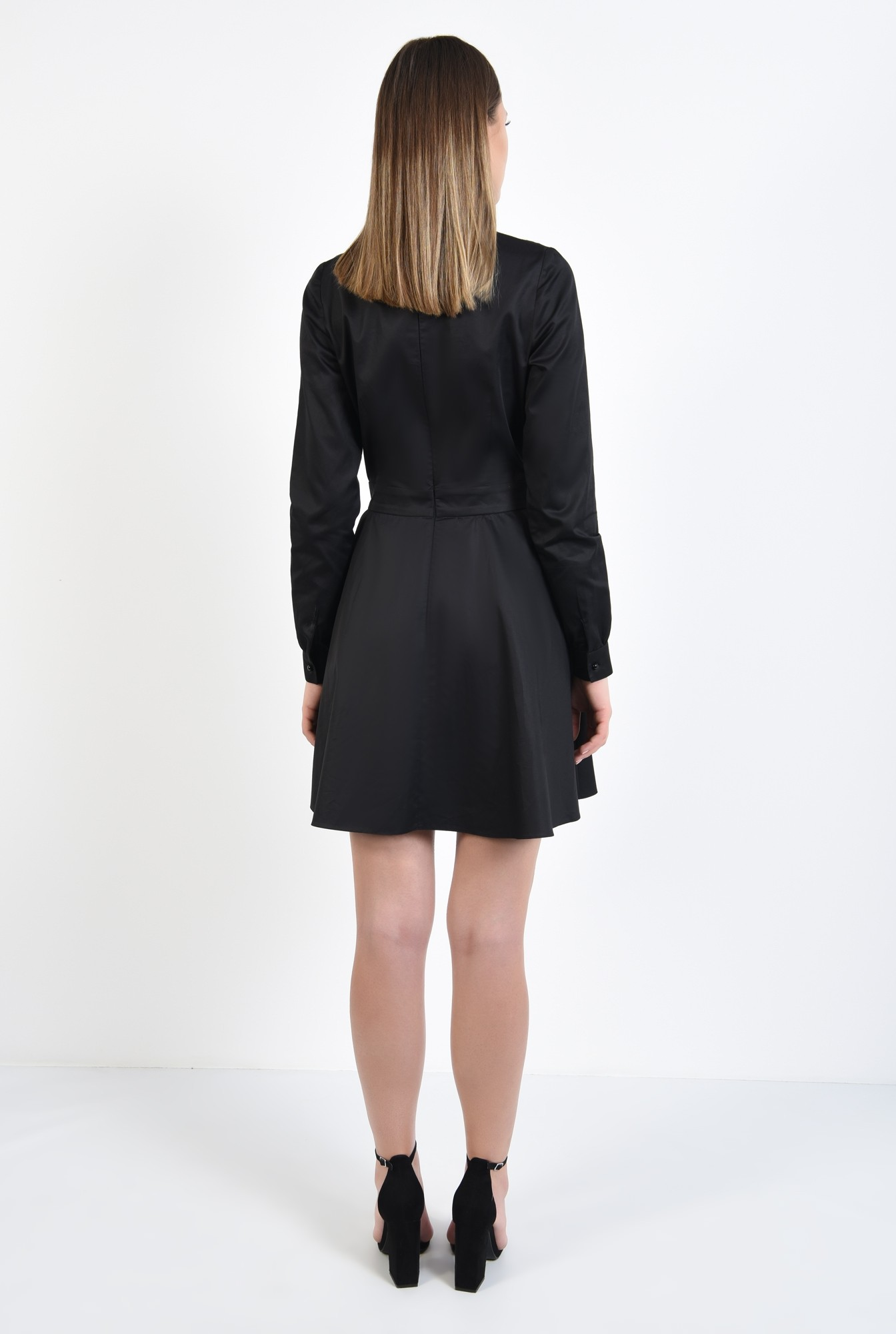 1 - rochie neagra, cu platca din dantela, cu brosa, croi evazat