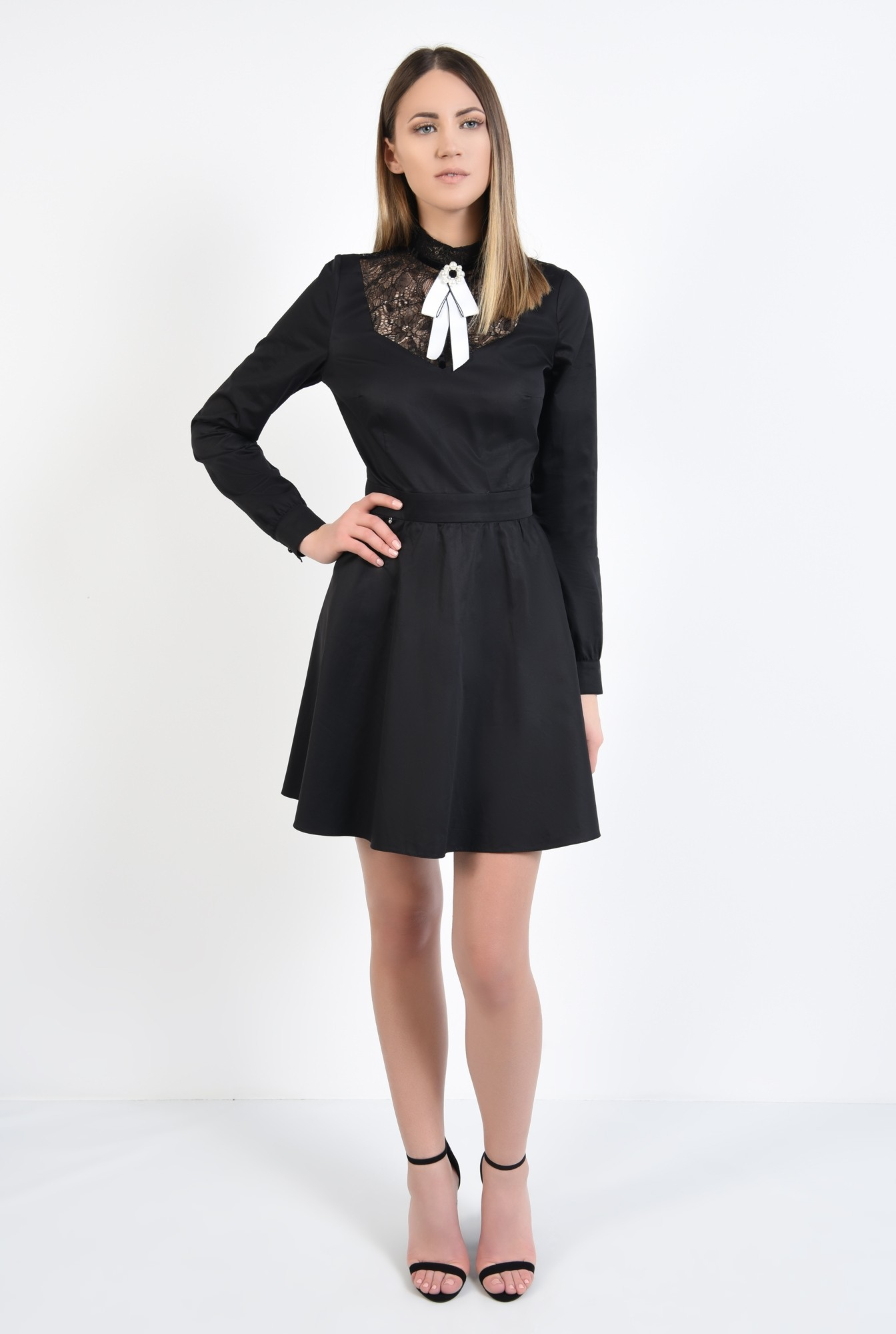 3 - rochie neagra, cu platca din dantela, cu brosa, croi evazat