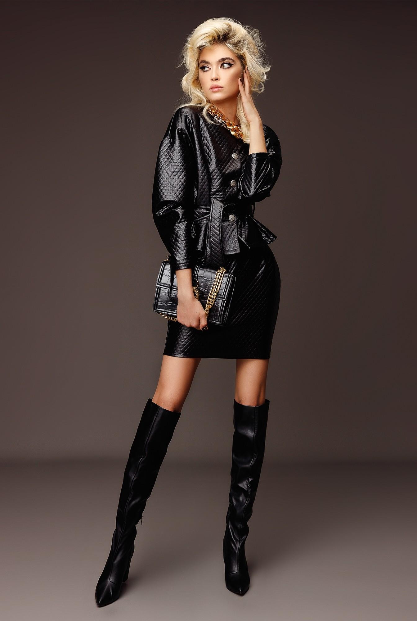 0 - compleu negru, cu fusta scurta, cu jacheta cu capse