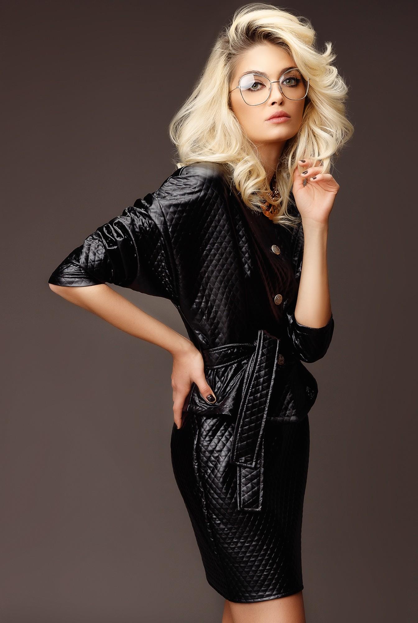 1 - compleu negru, cu fusta scurta, cu jacheta cu capse