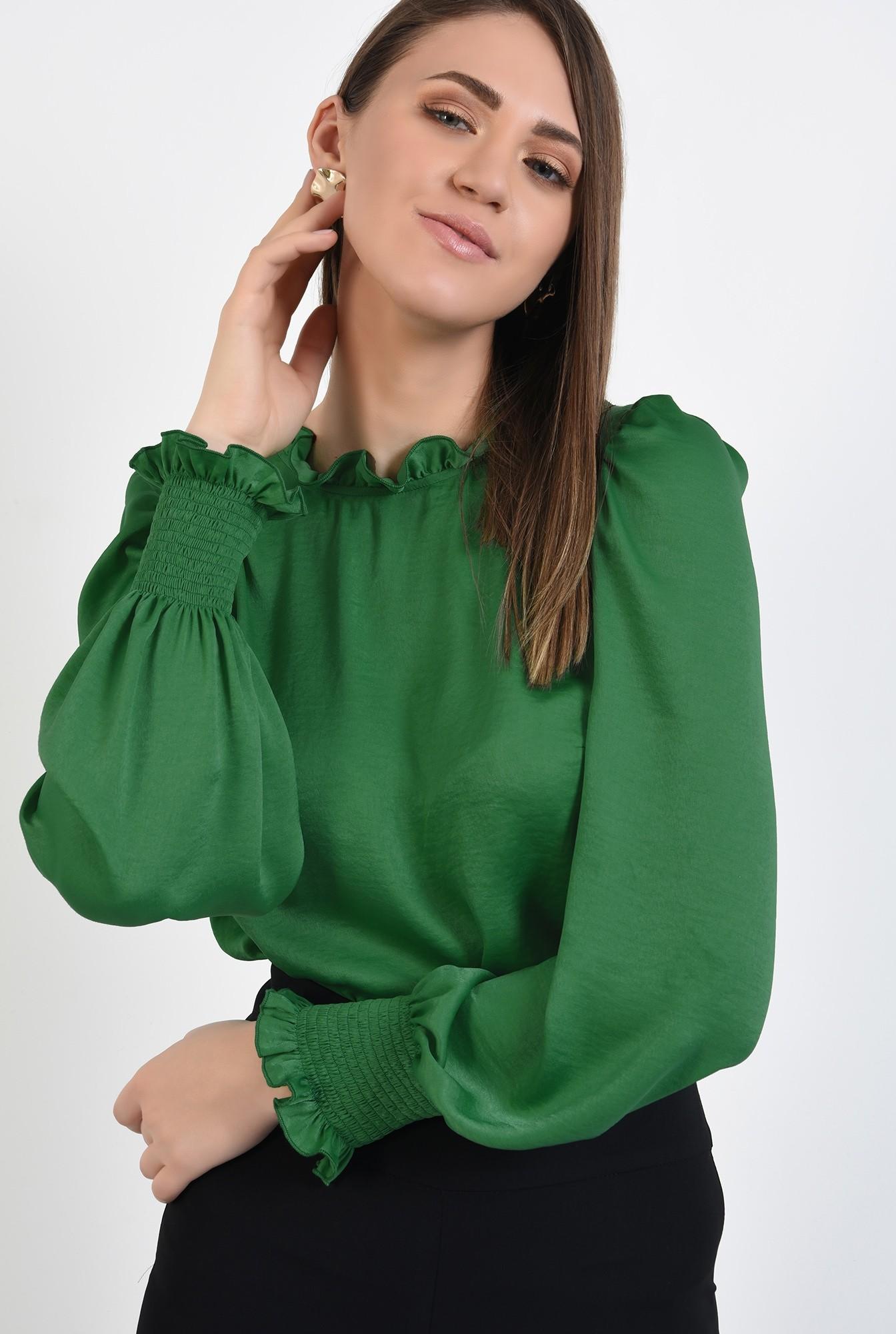 bluza verde, din satin, guler incretit, maneci lungi, butoniera